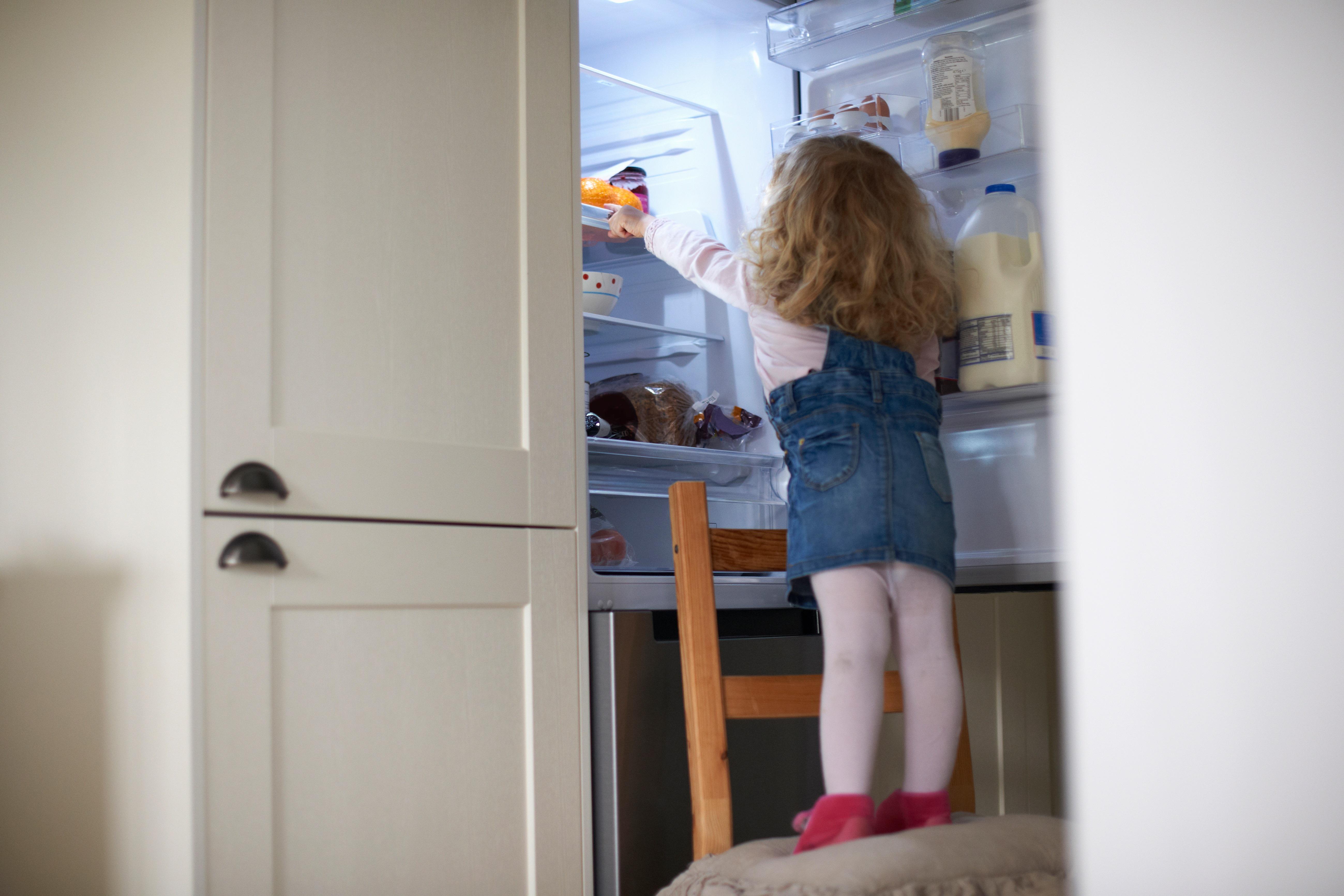 Hűtőbe zárták a bébiszitterek a kisbabát, majd posztolták a Snapchatre