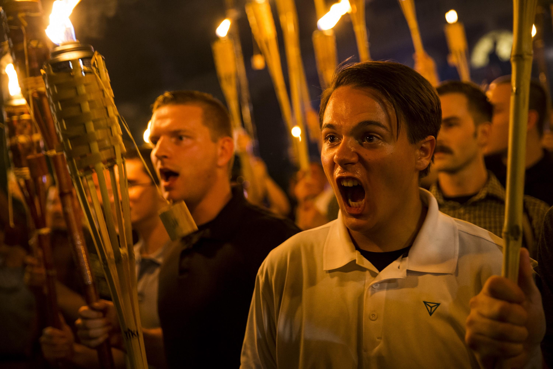 Több száz nacionalista tüntetett fáklyákkal a Virginiai Egyetemen