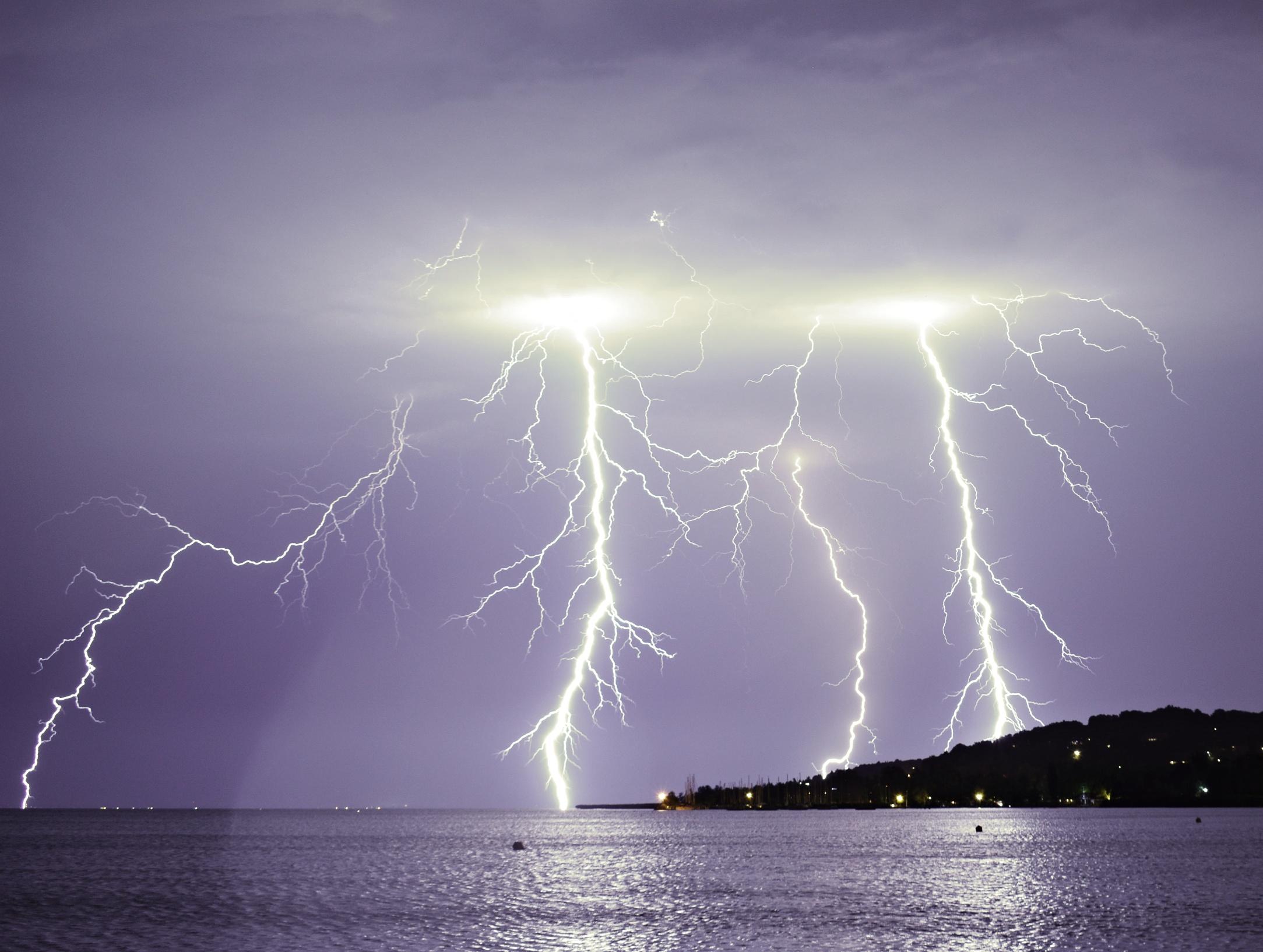 Szikrázó képek a balatoni viharról