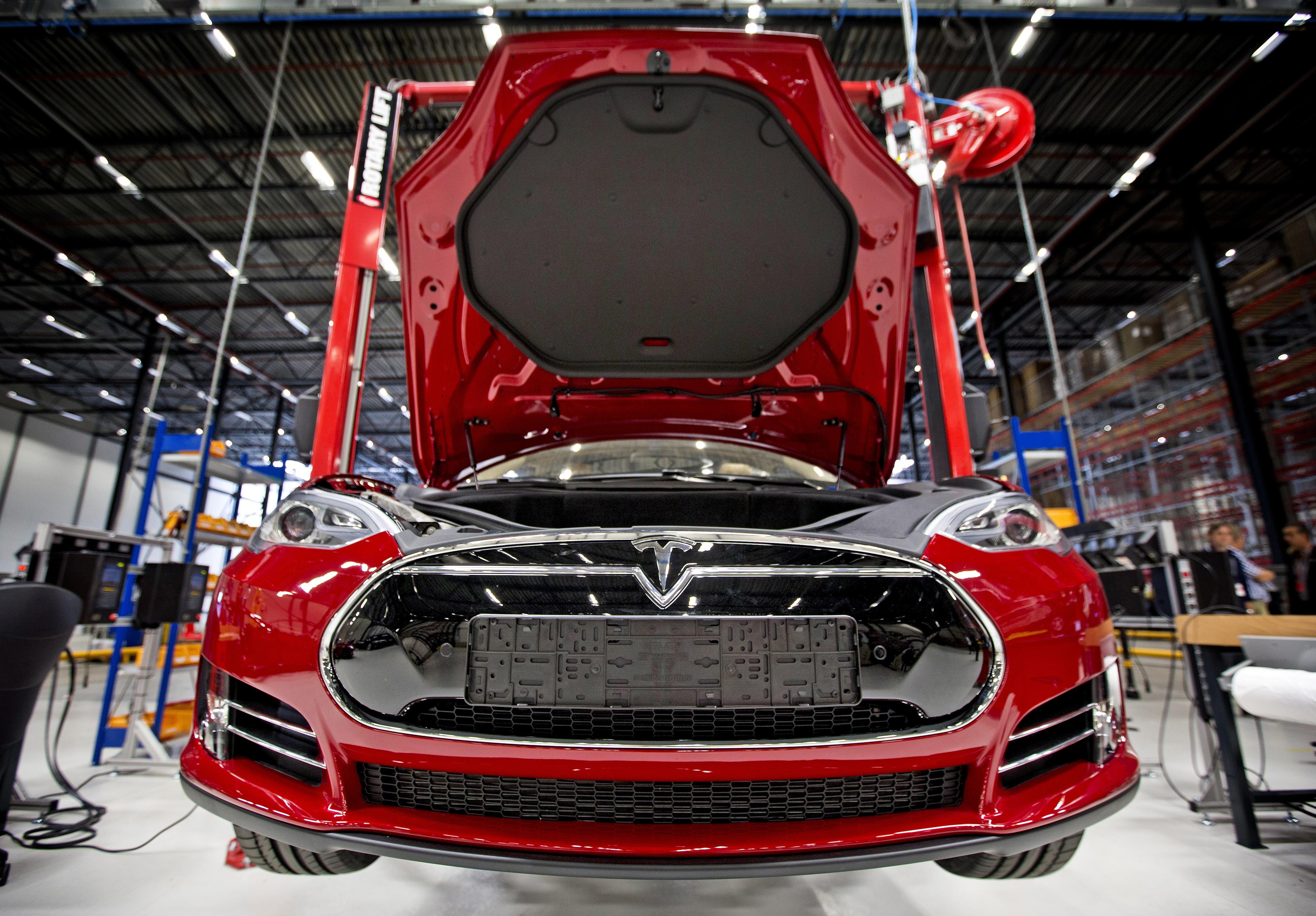 Az elektromos autók történetében világszerte először csökkent az eladás havi szinten