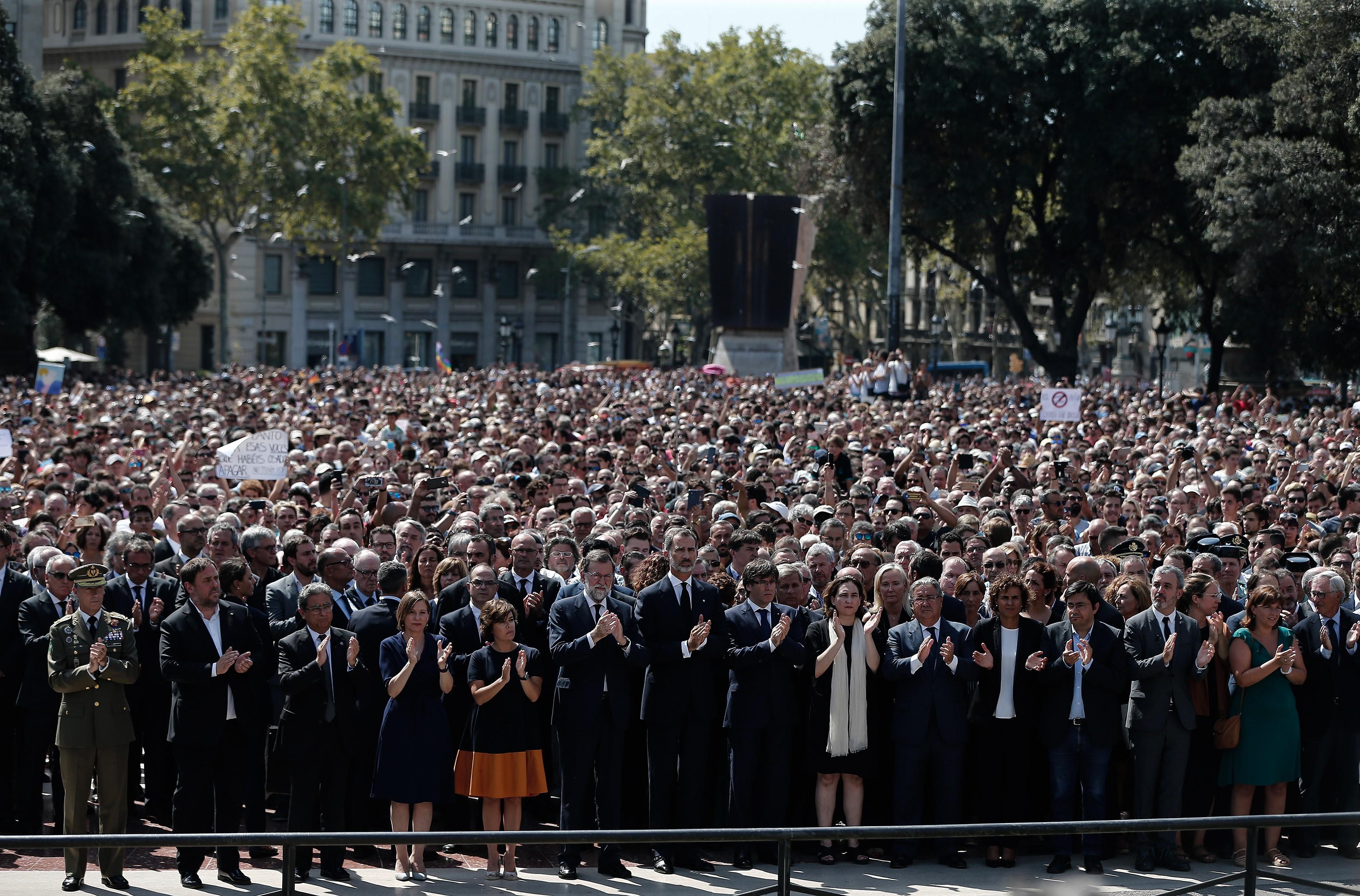 """""""Nem félünk!"""", skandálták a terrortámadás áldozataira emlékezők Barcelona főterén"""