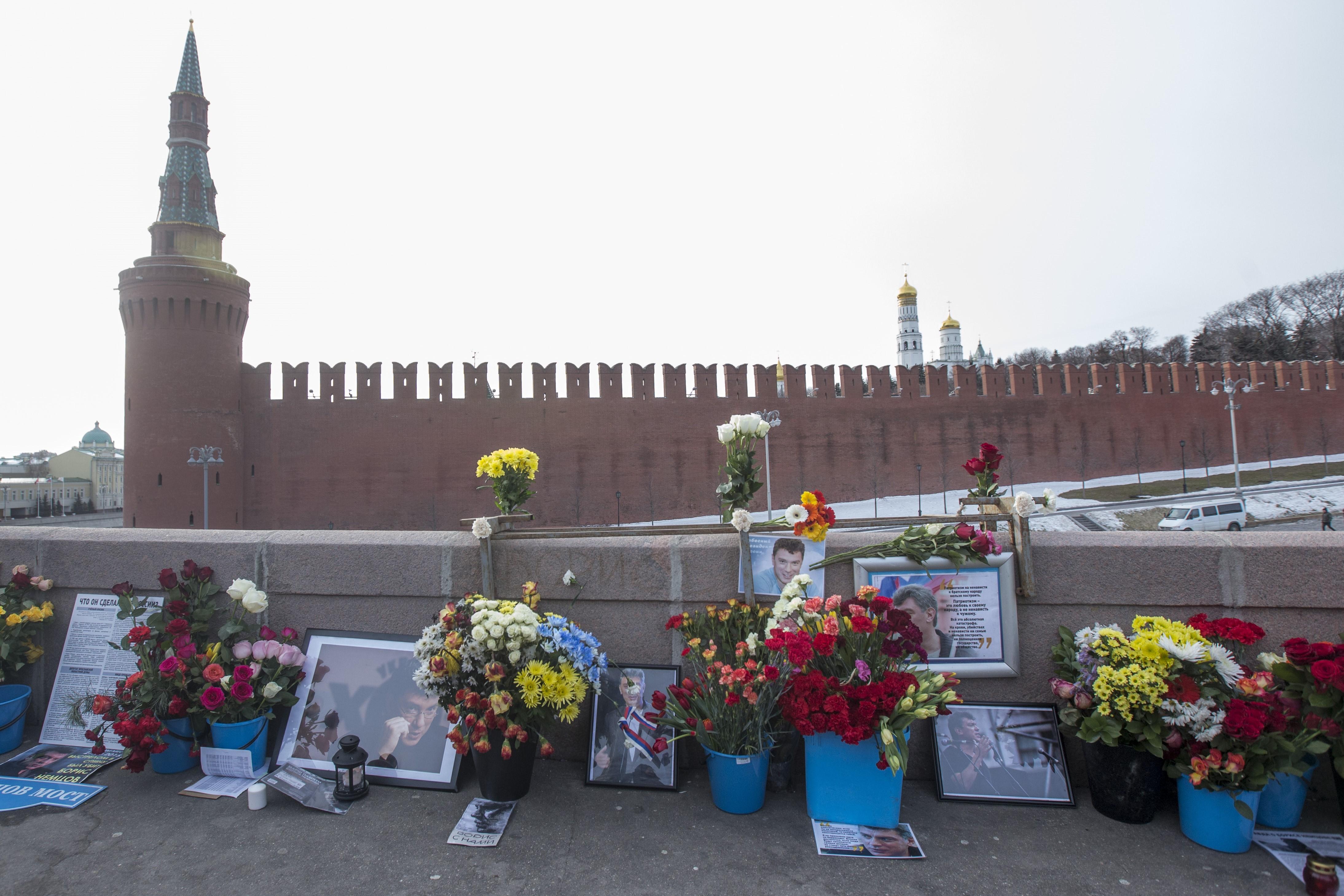A Kreml előtt meggyilkolt Borisz Nyemcov átmeneti emlékművét őrző aktivistát úgy orrba vágta egy putyinista, hogy napokkal később belehalt az ütésbe
