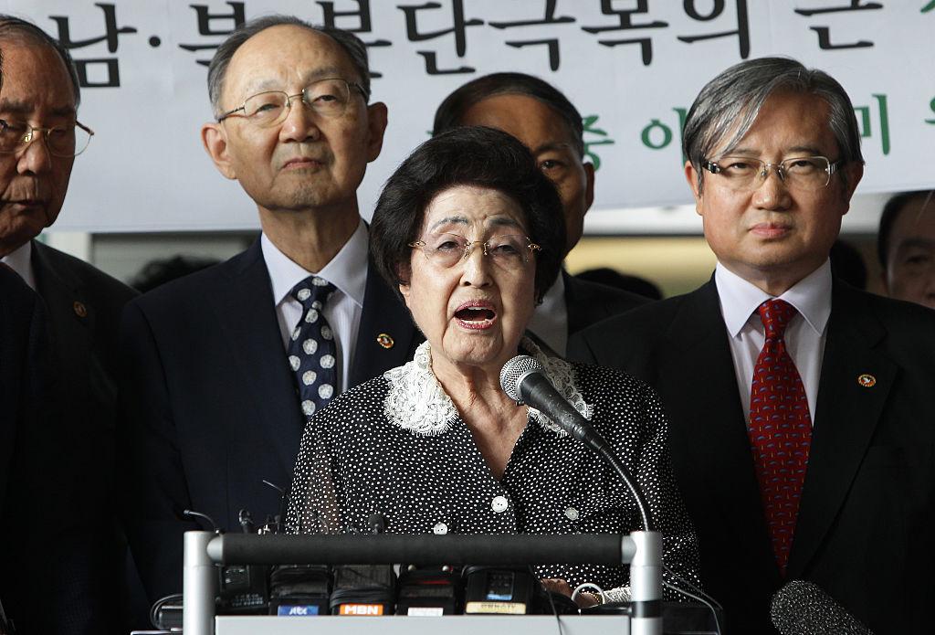 4400 dollárra büntettek egy bloggert, mert azt írta, hogy a 95 éves korábbi first lady hozzá fog menni Dr Dréhez