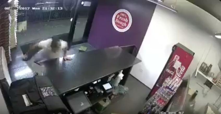 Videóra vették, ahogy a bosszúálló vendég bedob a pizzériába 70 meggyújtott tűzijátékot
