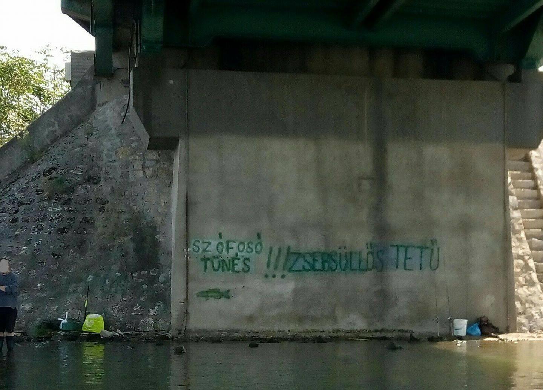Elképesztő dolgokat írtak ki a ráckevei hídra az egymást rapper módjára szidalmazó horgászok