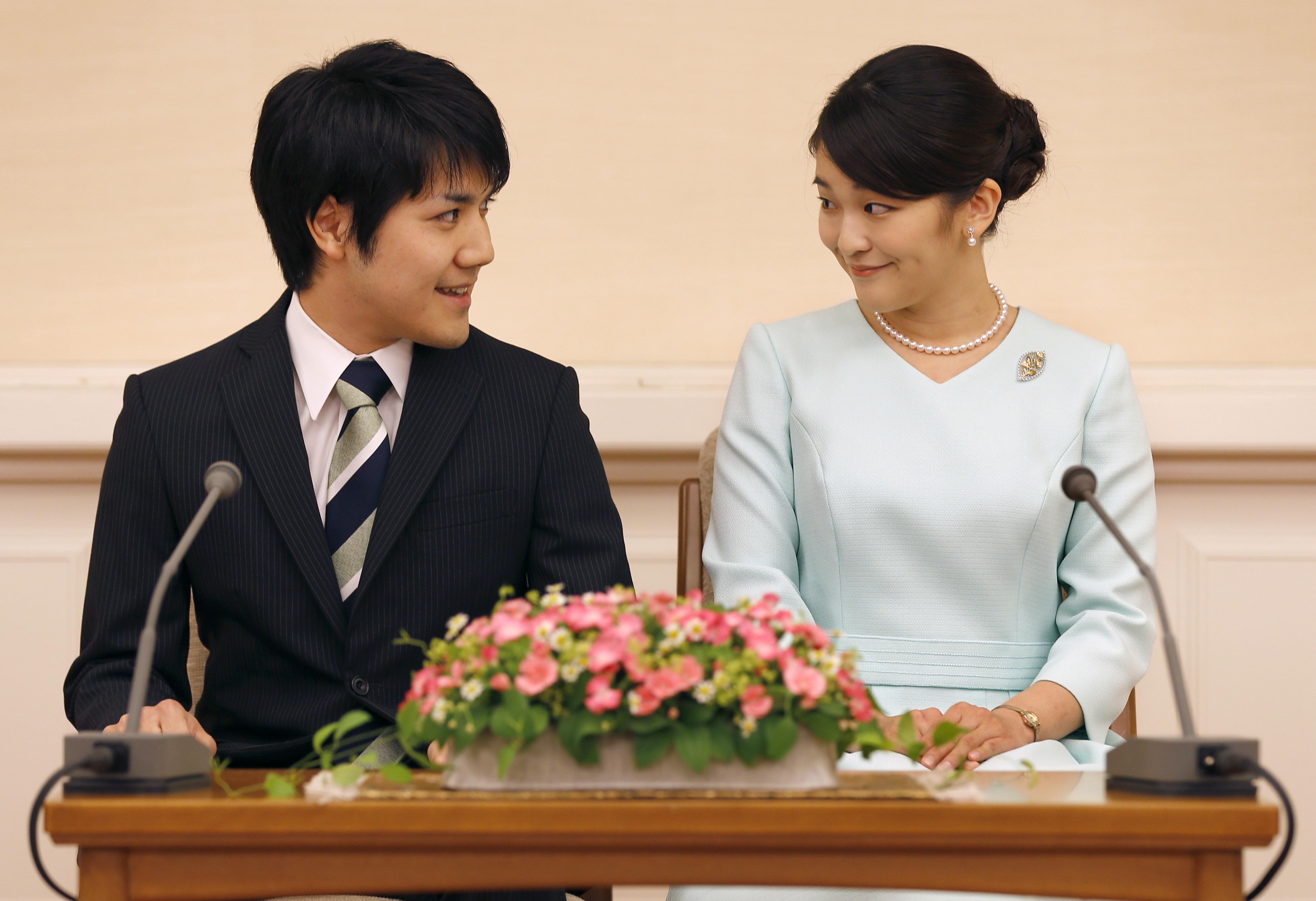 Mako hercegnő, a japán uralkodócsalád tagja hozzáment szerelméhez, ezért elveszíti császári státuszát