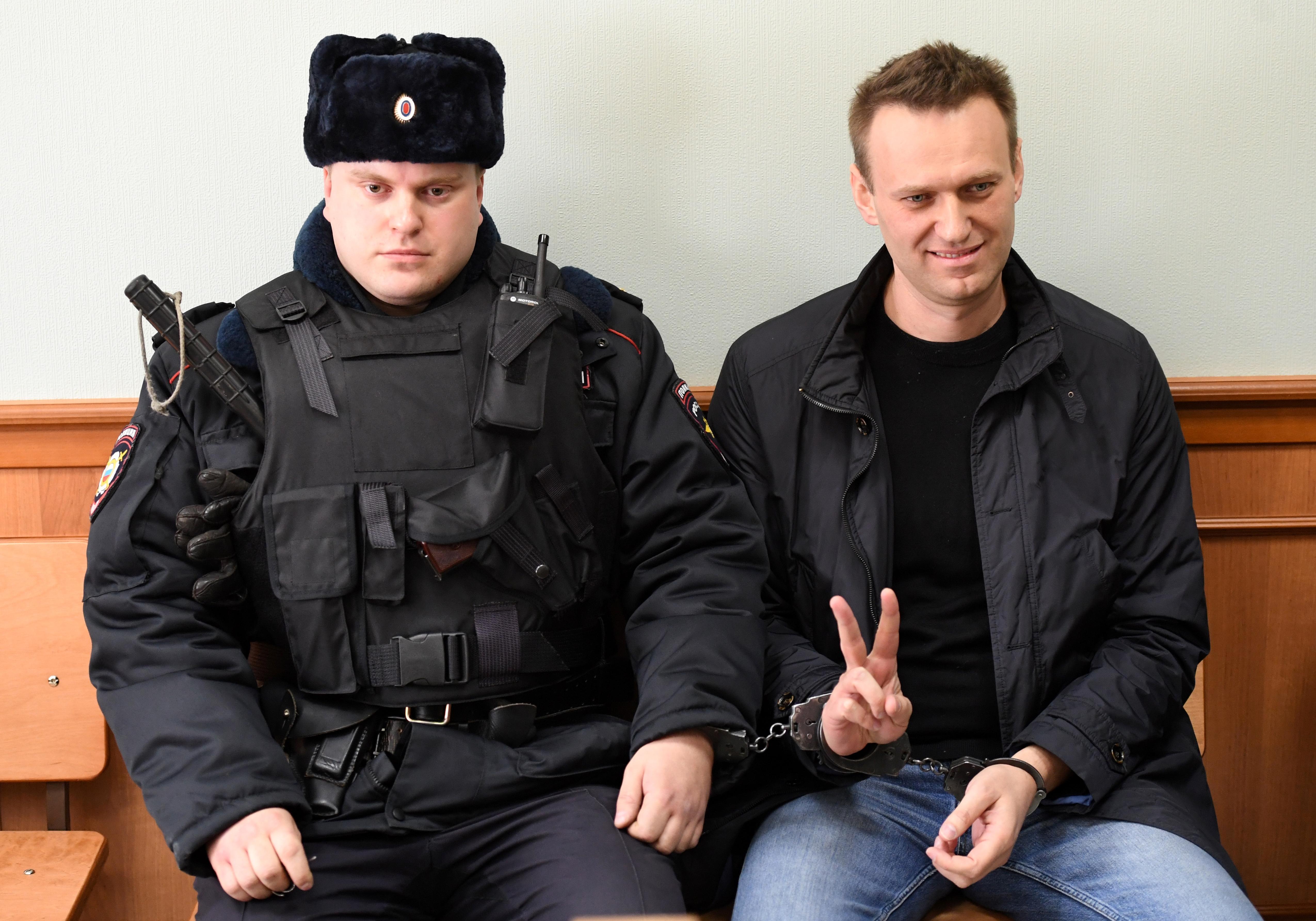 Kolbászokkal támadták meg Navalnijt