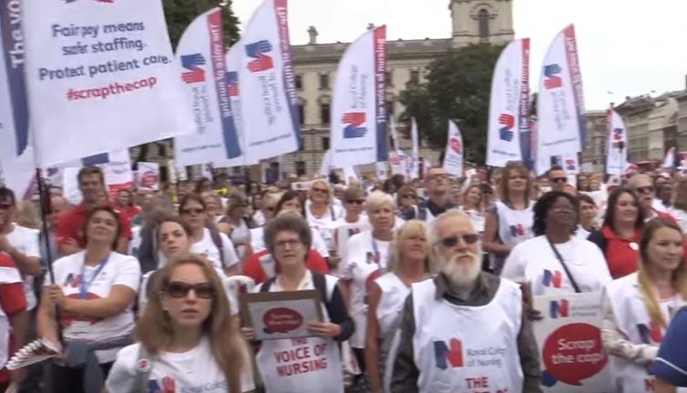 Több ezer kórházi dolgozó tiltakozott az angol közszféra bérplafonja ellen
