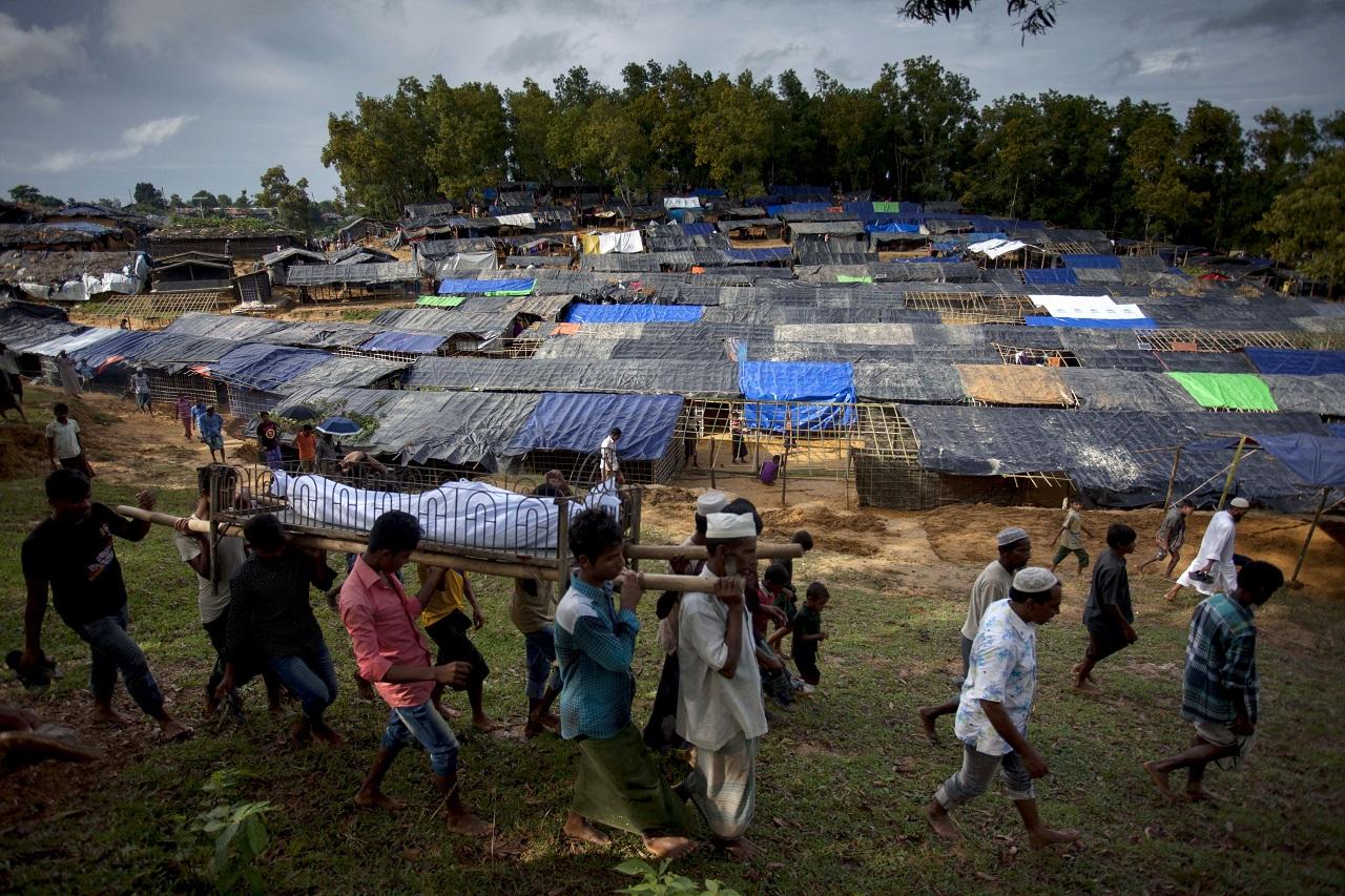 Mianmar és Banglades közt félúton, az etnikai tisztogatás és a népirtás határán