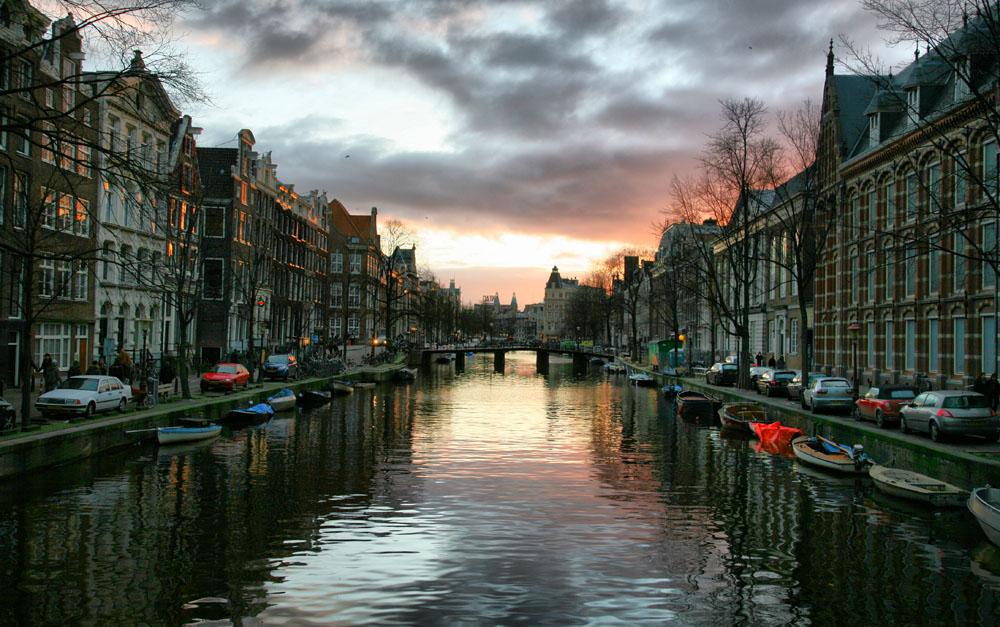 Annyi a turista Amszterdamban, hogy már inkább Hágába küldik őket