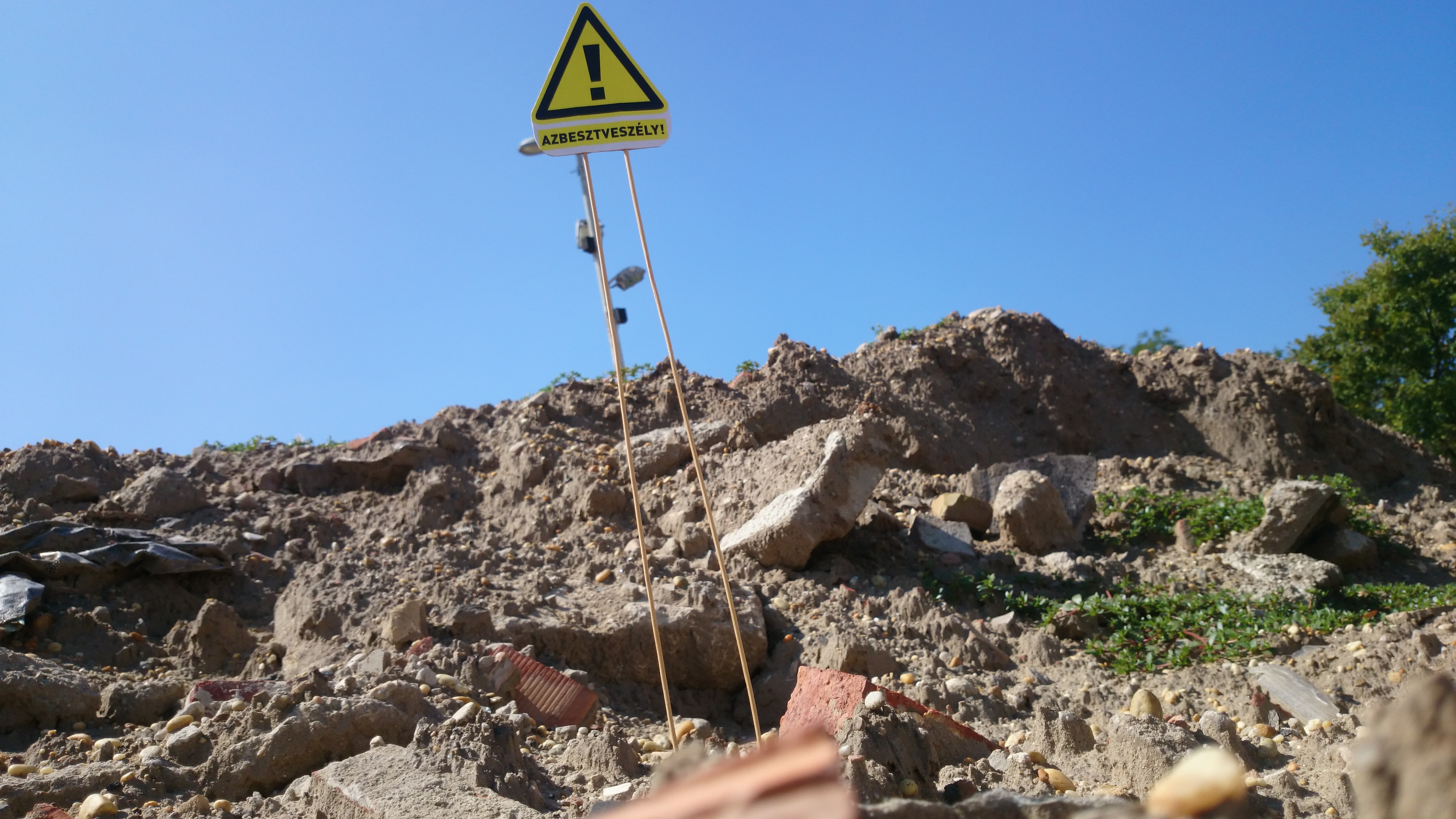 Mindenki nyugodjon le a PeCsába, határozatlan ideig még marad az azbeszt a Városligetben