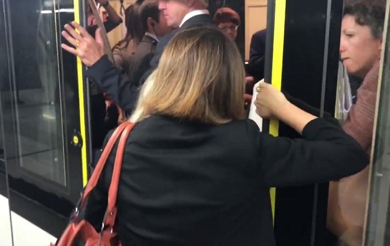 Tökéletes szimbólum: rácsukták a metróajtót a 4-es metrót vizsgáló EU-s bizottságra