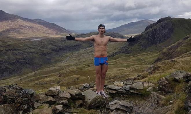 Egy szál supermanes alsónadrágban mászta meg Wales legmagasabb csúcsát, mentőket kellett hívni hozzá