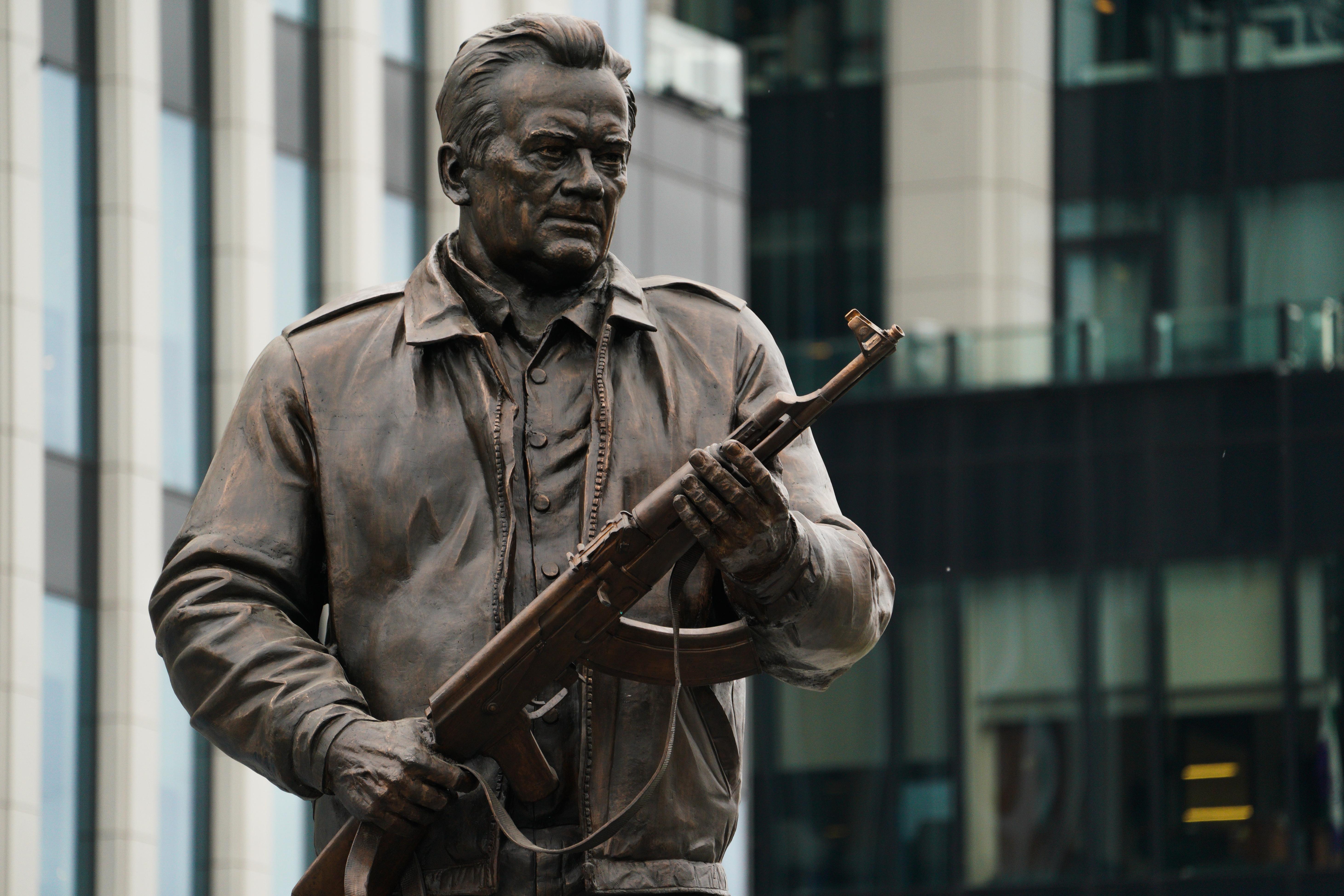 A fegyverkészítők oroszországi napja alkalmából Moszkvában szobrot állítottak Mihail Kalasnyikovnak