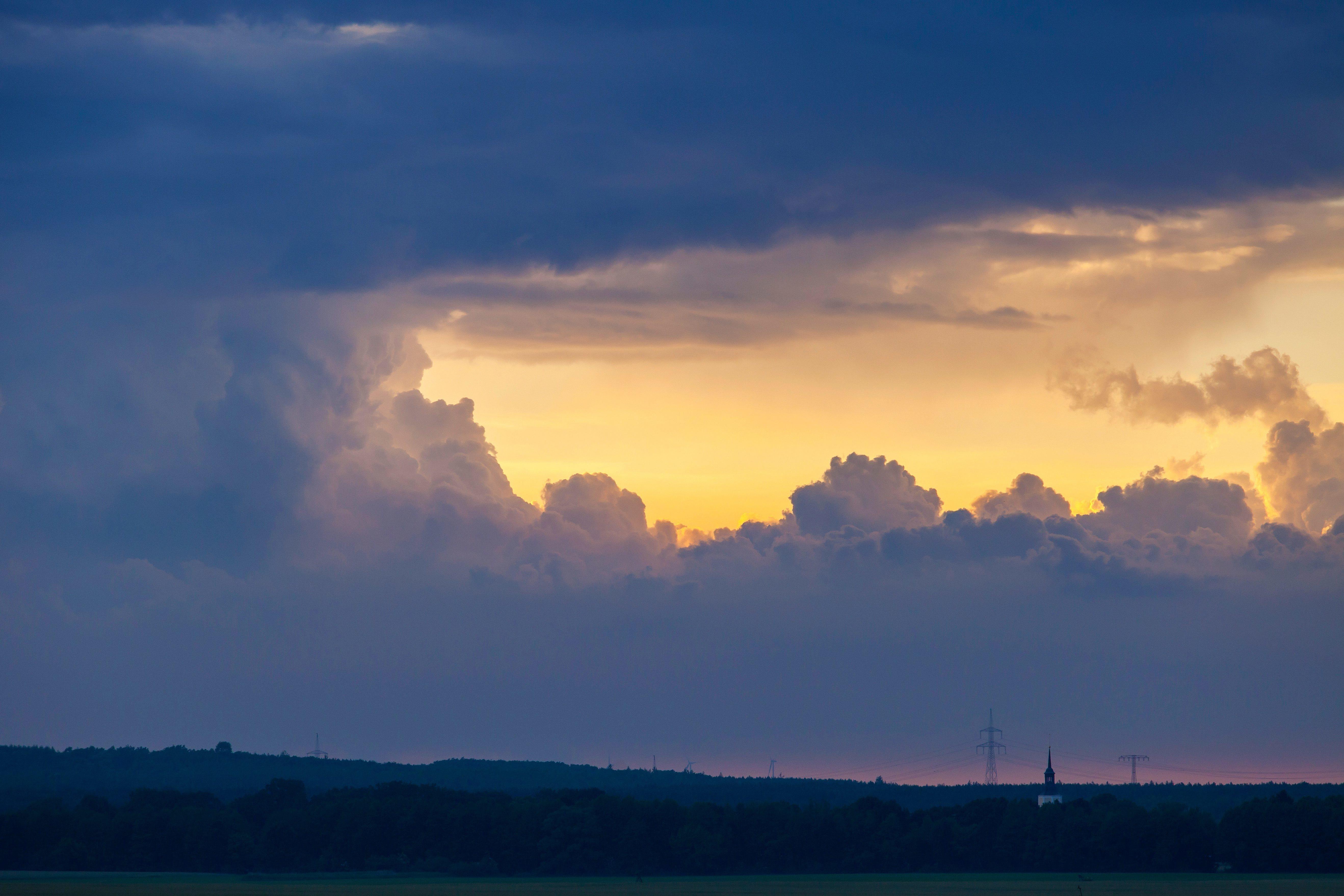 Megpróbál kimászni a nap a felhők mögül