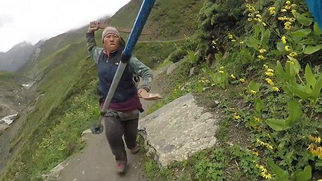 Brit turistanő vitatkozott a nepáli hegyekben a másfél dolláros tea árán, a helyi asszony kerítésléccel üldözte