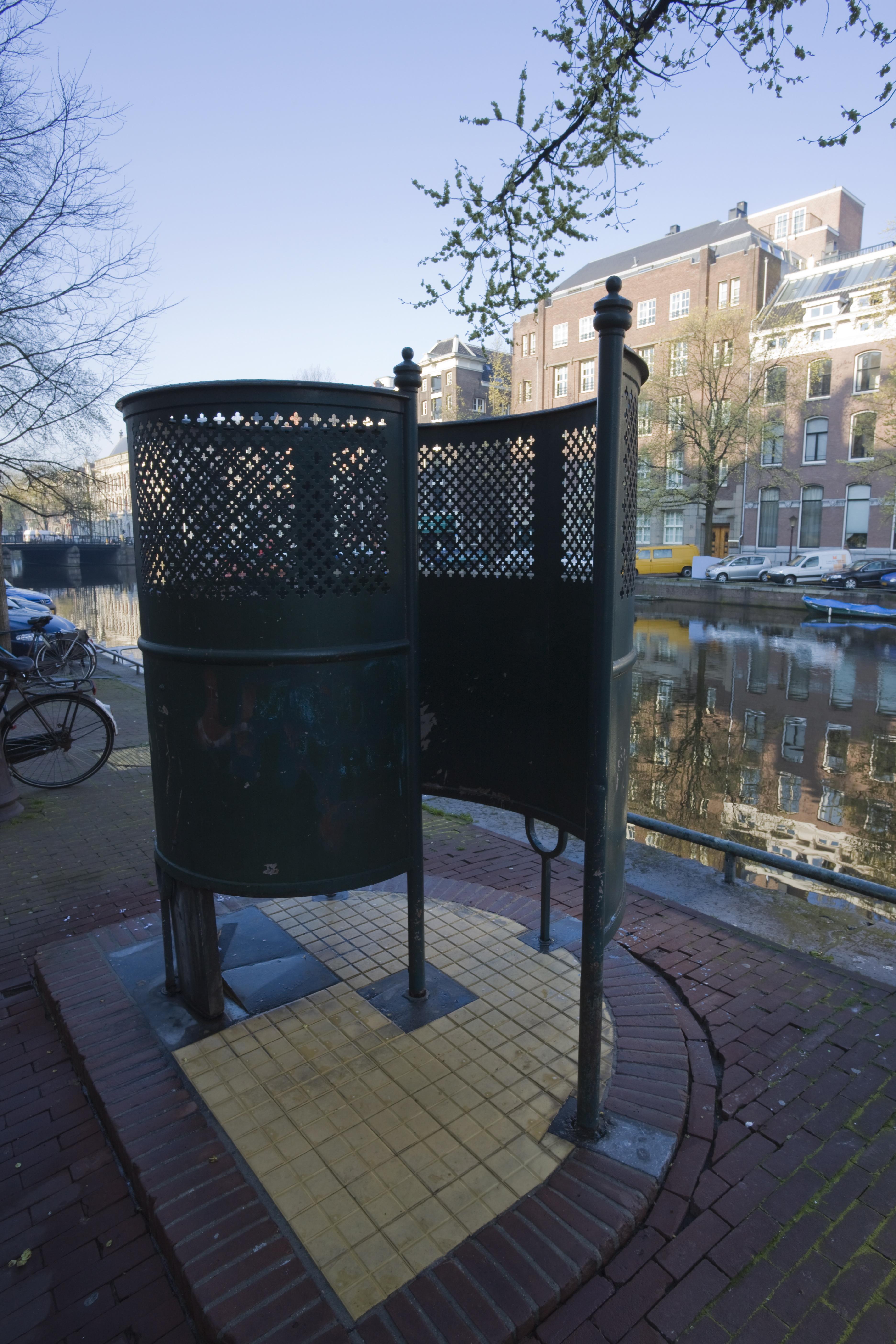 A nyilvános pisáldák előtt tüntetnek Amszterdamban, mert nincs elég női vécé az utcákon