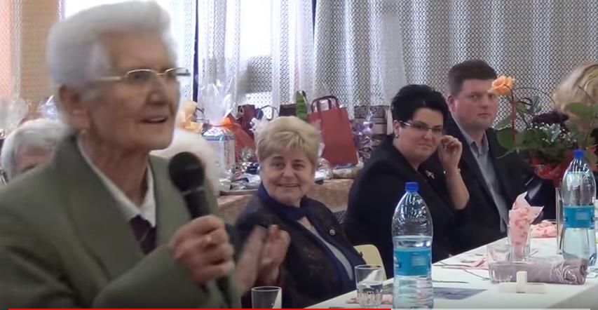Újabb kegyetlen dalt írt a Fideszről Rozika néni, a legendás Orbán-rajongó nyugdíjas