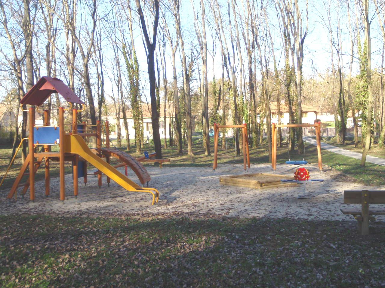 Túlárazott játszótér-felújítások miatt emelt vádat az ügyészség