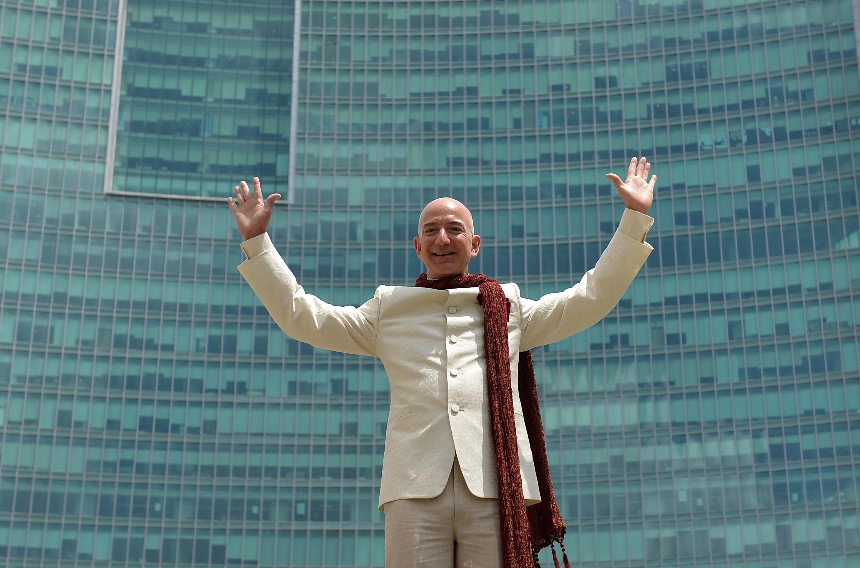 Még mindig Jeff Bezos a leggazdagabb a Forbes milliárdos-toplistáján, Mészáros Lőrinc a 2035. helyen áll