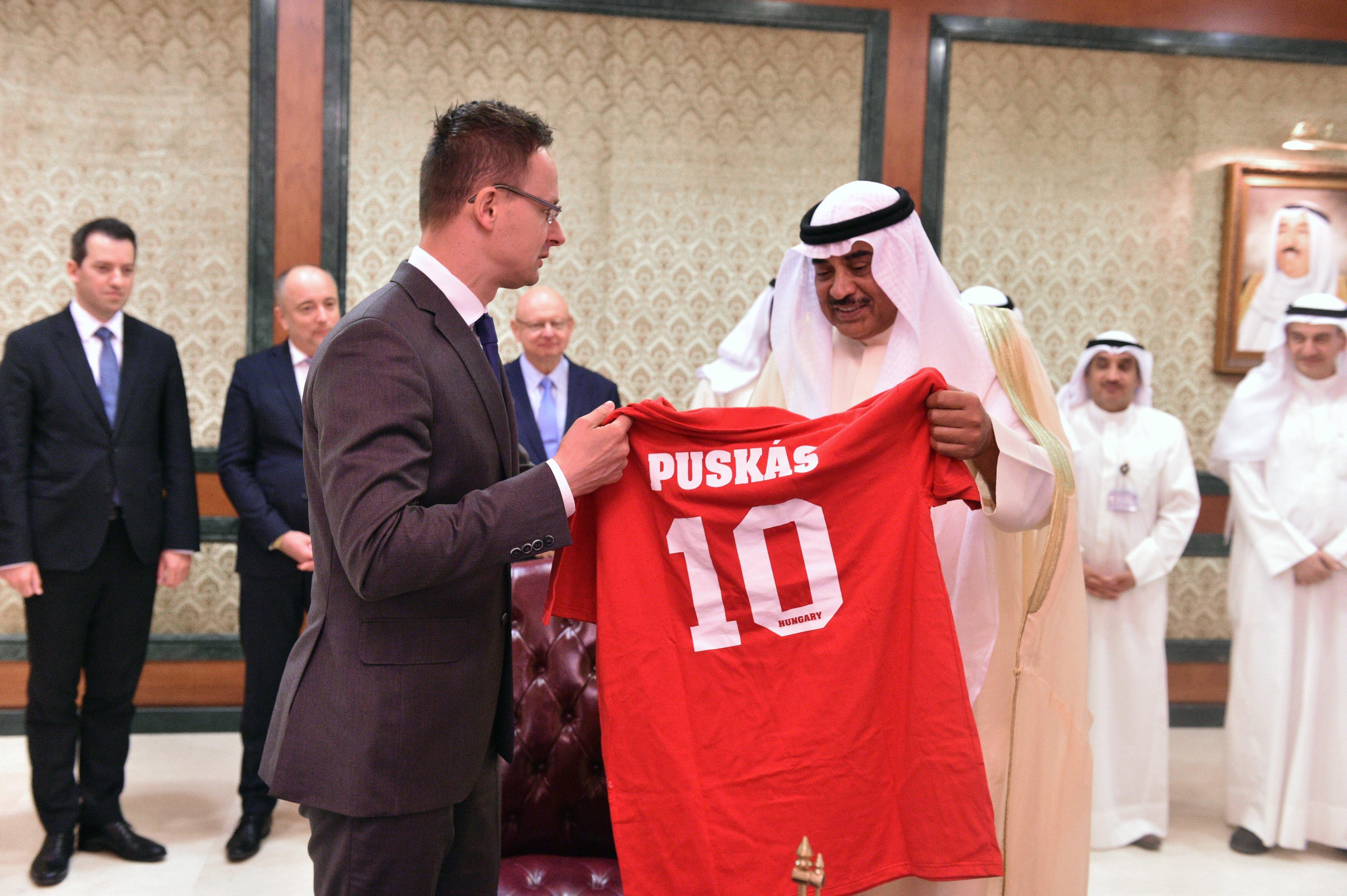 """Ki mástól, mint a """"magyar futball és a Puskás-ügyek nagykövetének"""" cégétől vett Puskás-mezeket a külügy"""