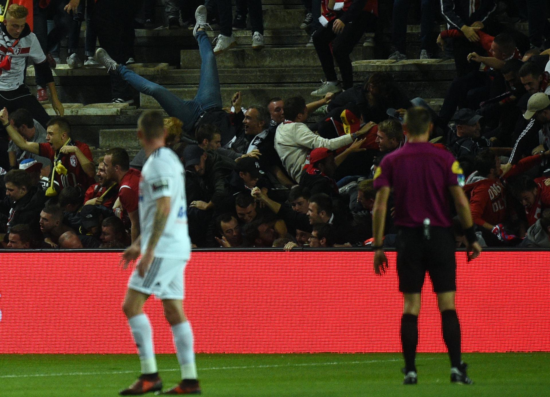 Leszakadt a nézőtéri korlát egy francia bajnoki meccsen, többen lezuhantak