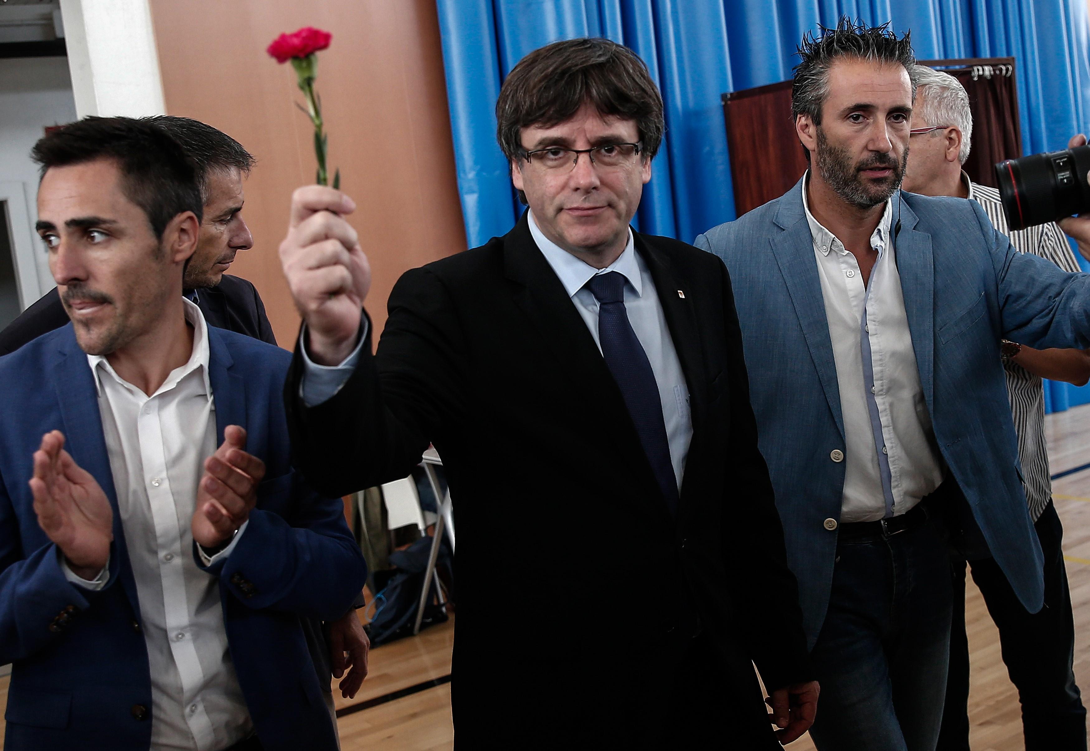 Carles Puigdemont és öt minisztere elmenekült Brüsszelbe