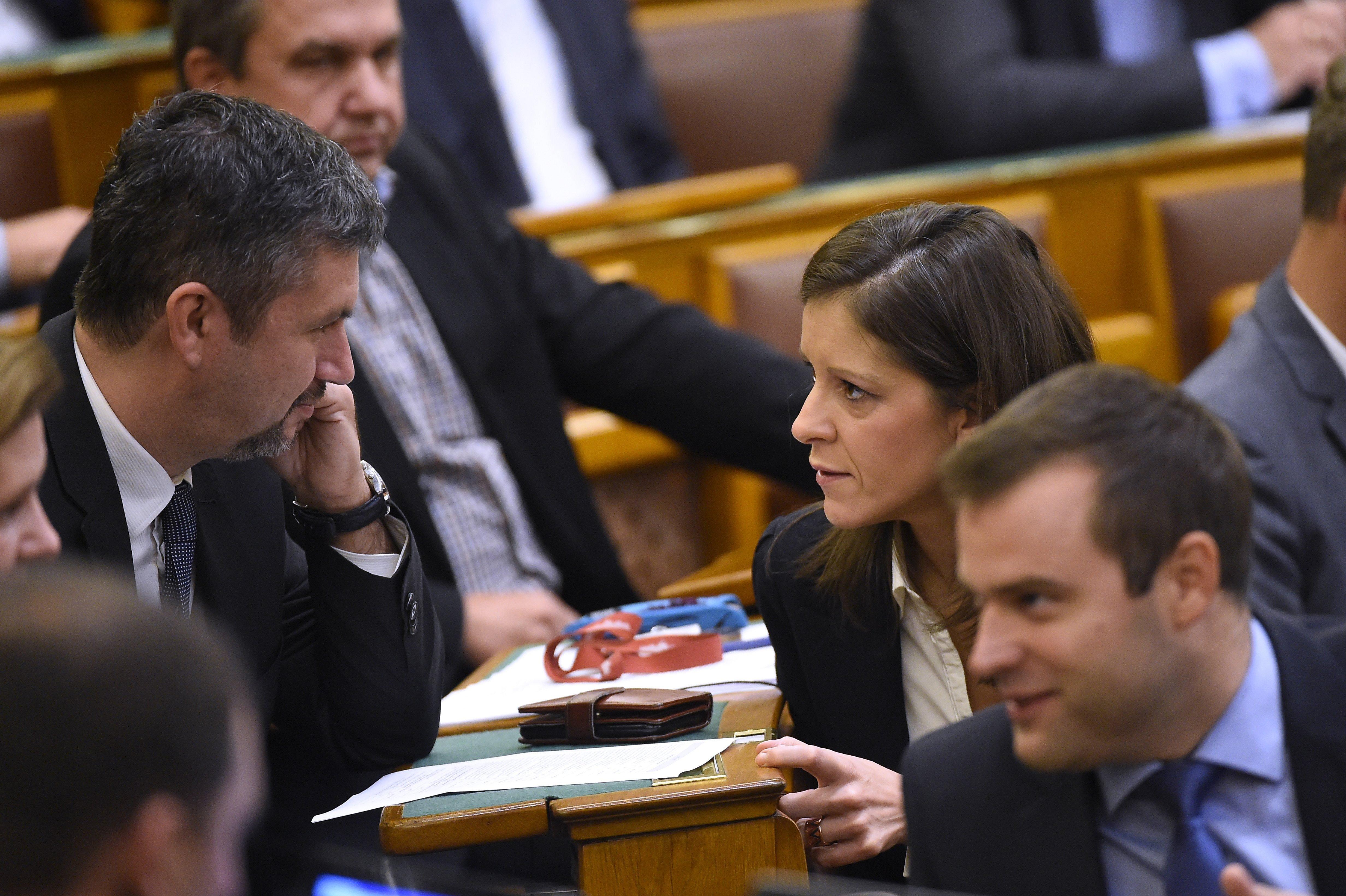 A parlamenti képviselők fizetésének egy részét fordítsák a járvány elleni védekezésre, javasolja Hadházy és Szél