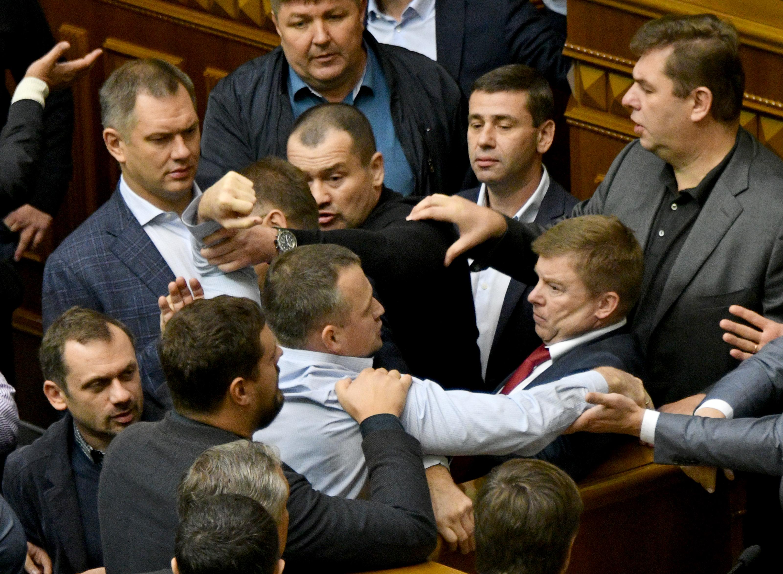 Egymásnak estek a képviselők a kijevi parlamentben
