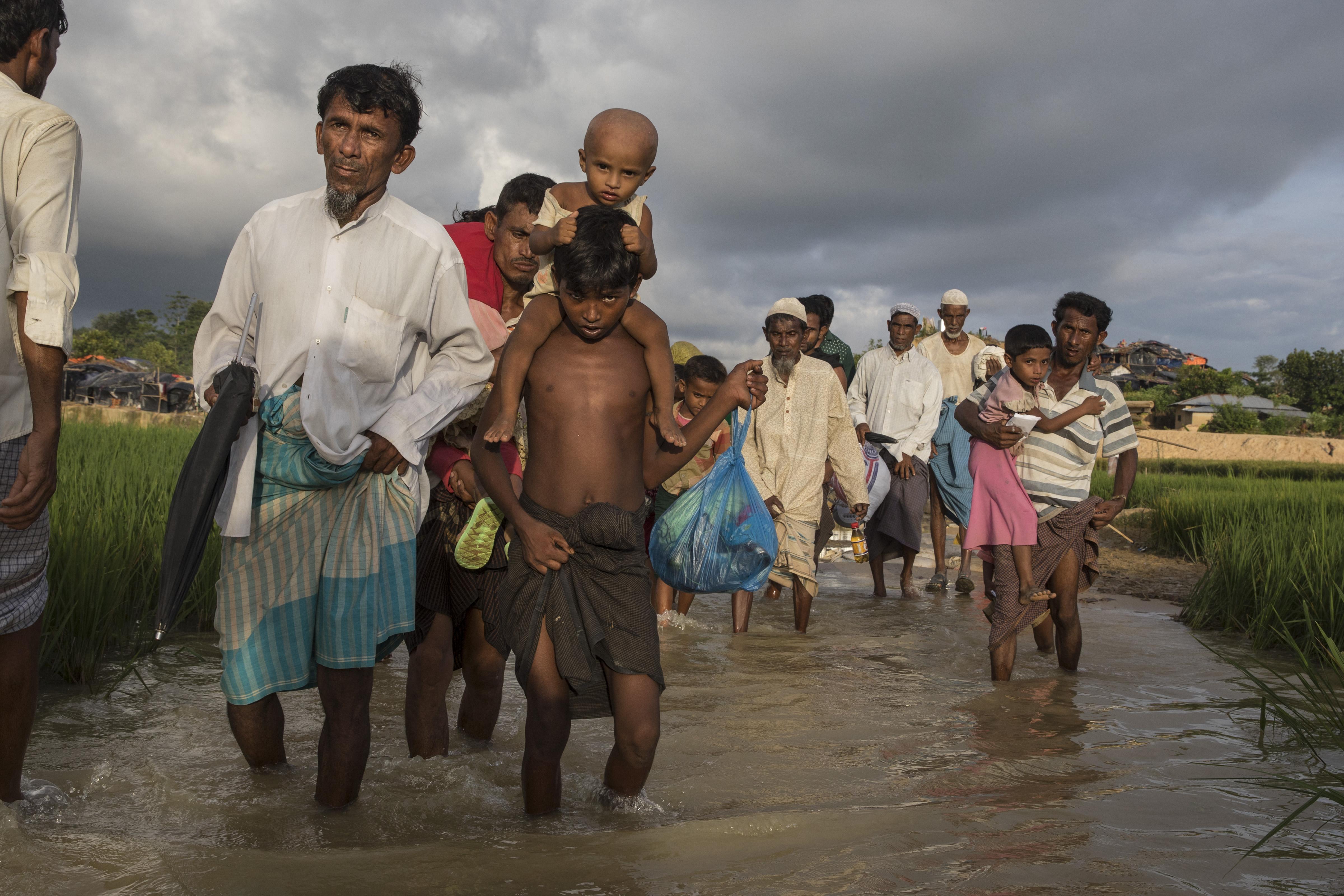 Ismét tízezrével menekülnek Bangladesbe a mianmari rohingyák