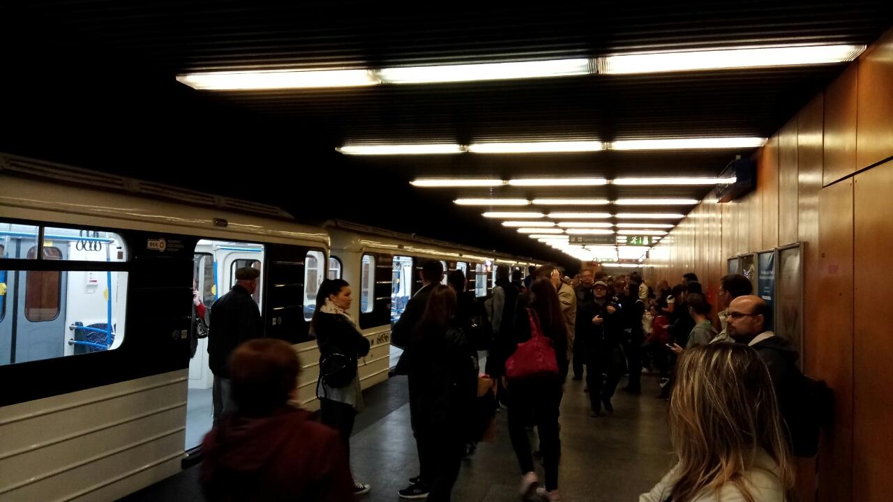 Megint, megint és megint! Elromlott egy felújított metró ajtaja