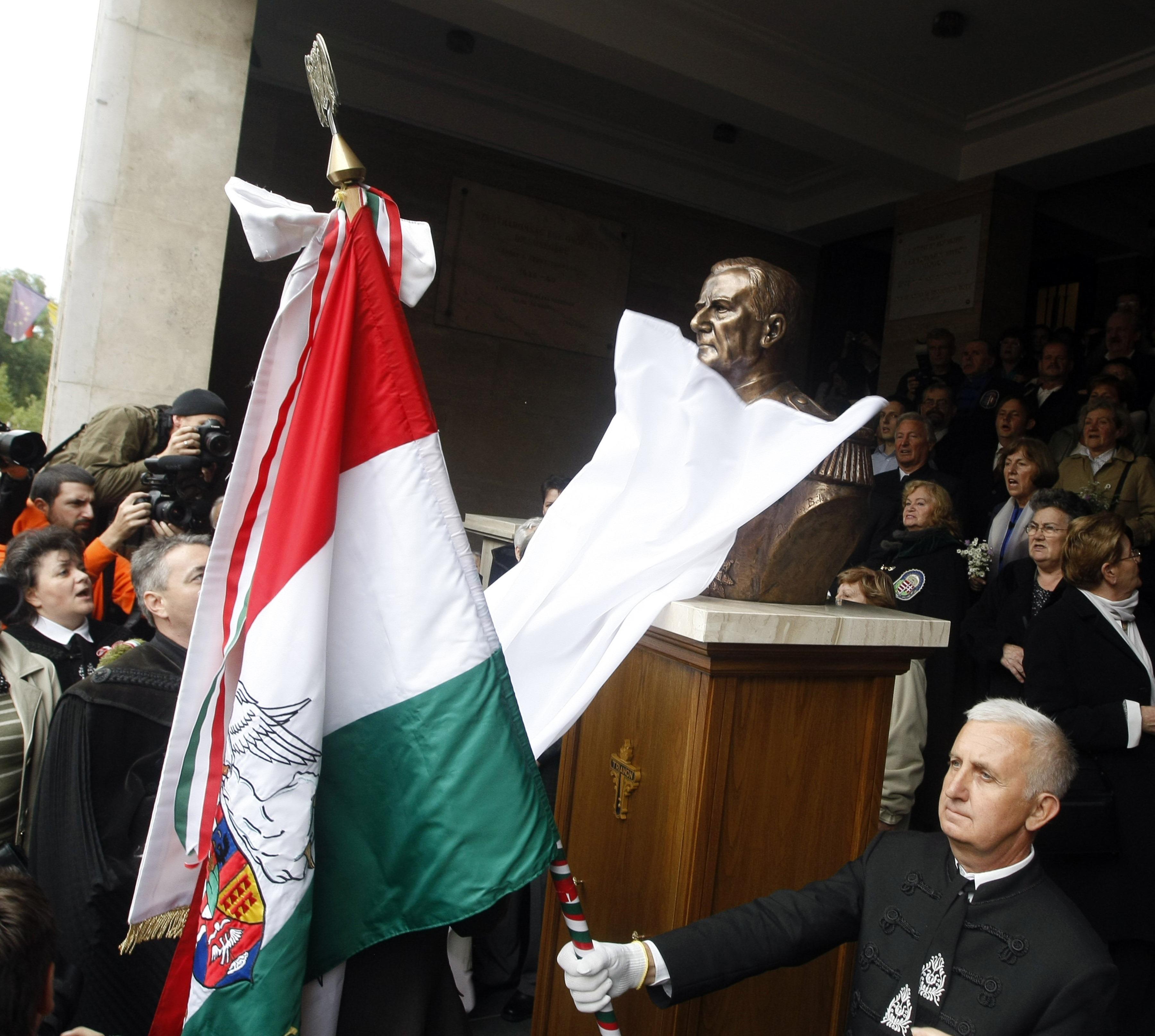 Szlovákiában akarnak szobrot állítani Horthynak