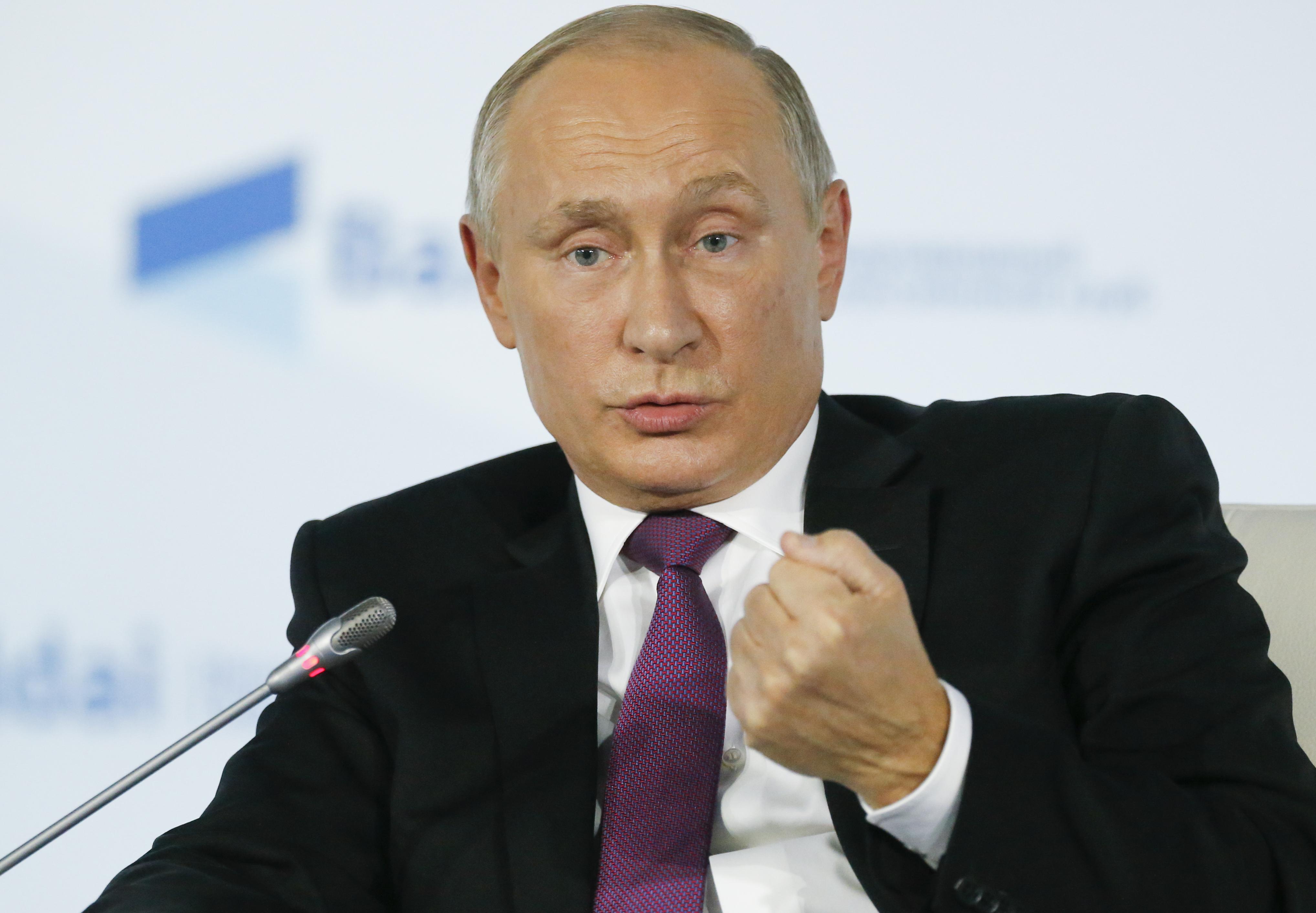 Putyin aláírta a külföldi lapokat ügynökökként listázó törvényt