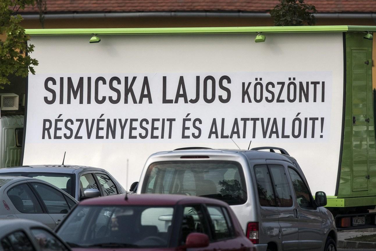 Lehet, hogy Simicska Lajos cezaromániás bunkó, de ez nem az ő plakátja