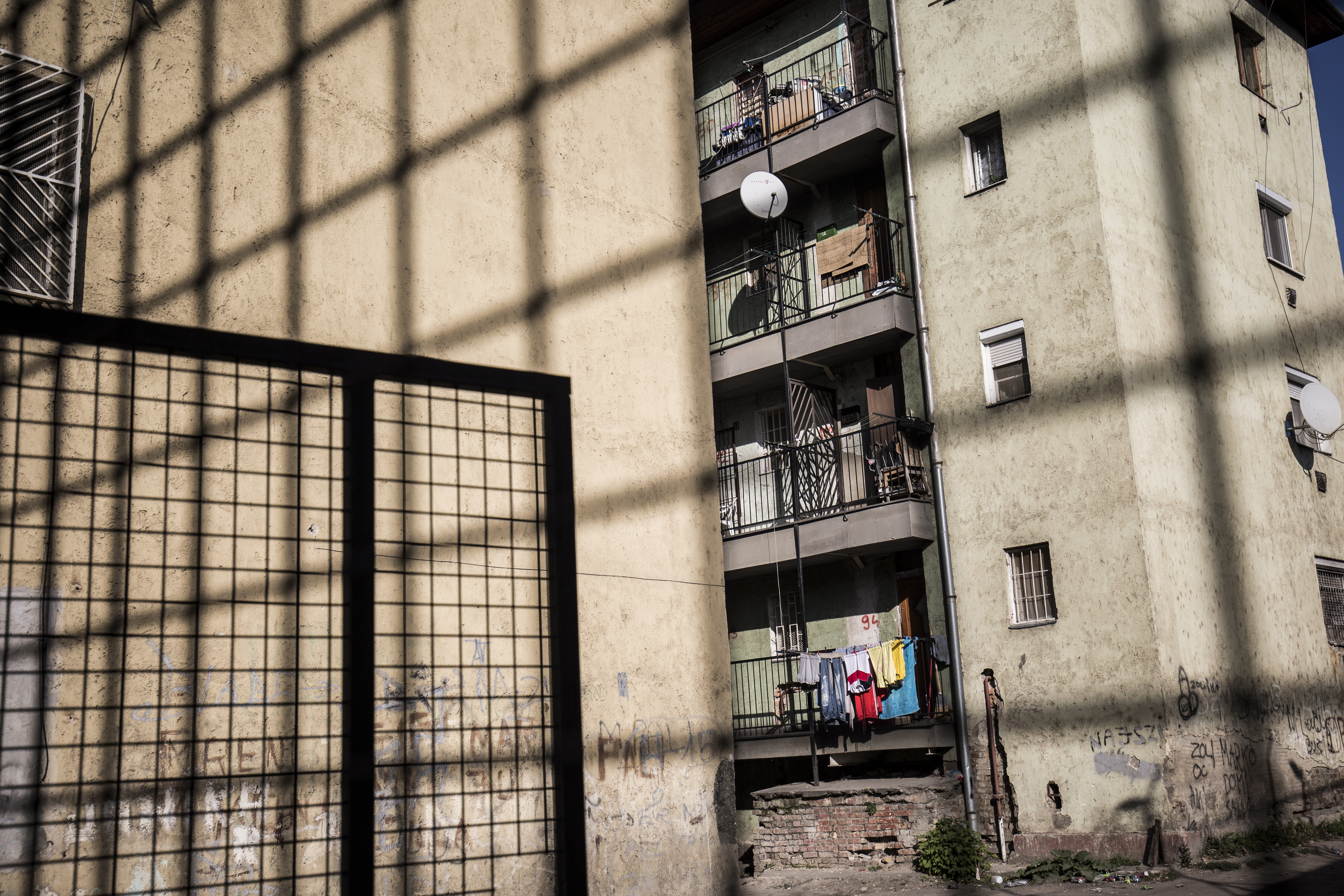 Tízmillióból építenek most kerítést köré, jövőre pedig elbontják a Hős utcai gettót