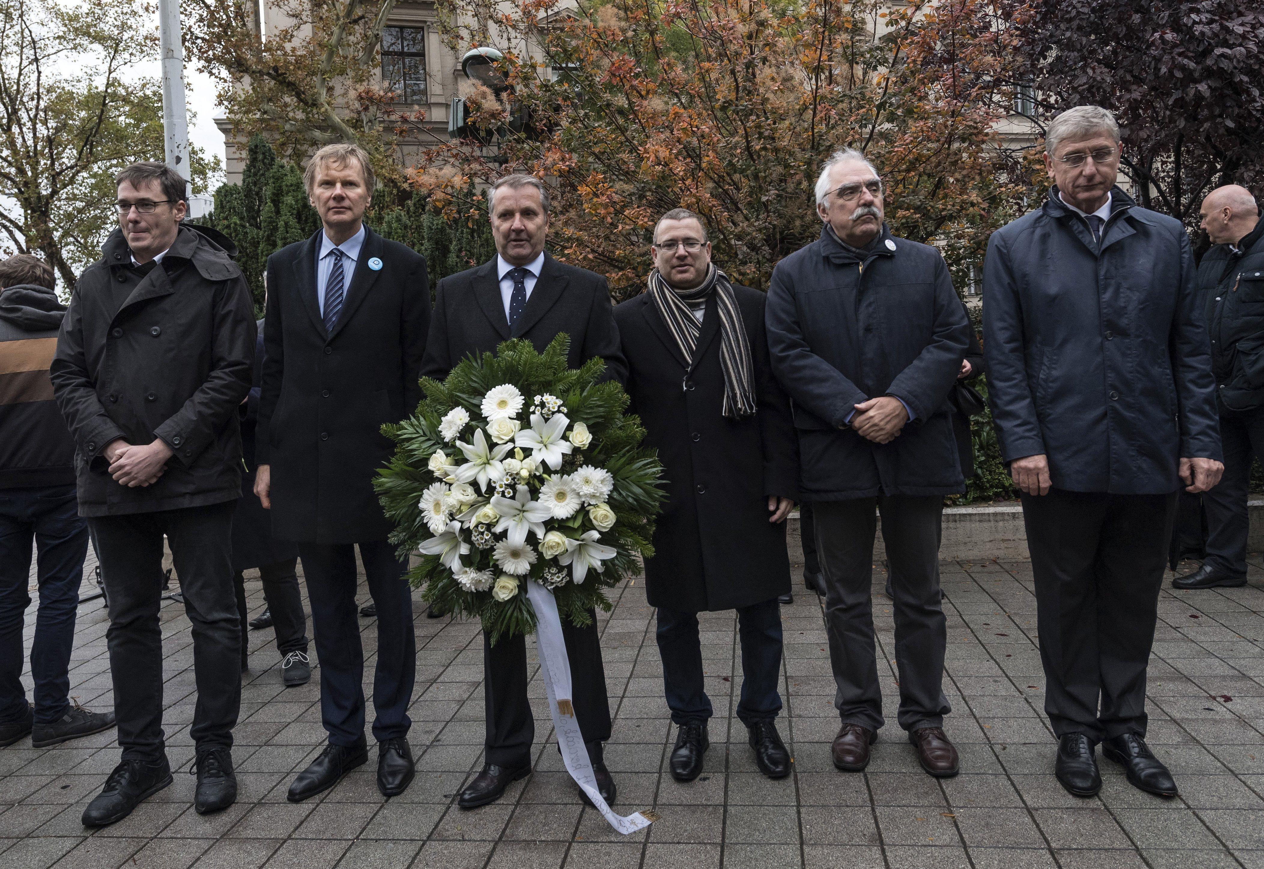 Hat ellenzéki párt együtt koszorúzta meg Nagy Imre szobrát