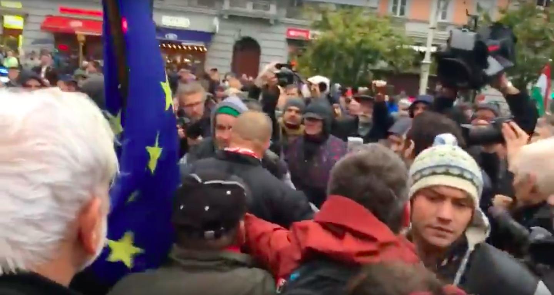 Így lopta el a fideszes az EU-zászlót az ellentüntetőtől