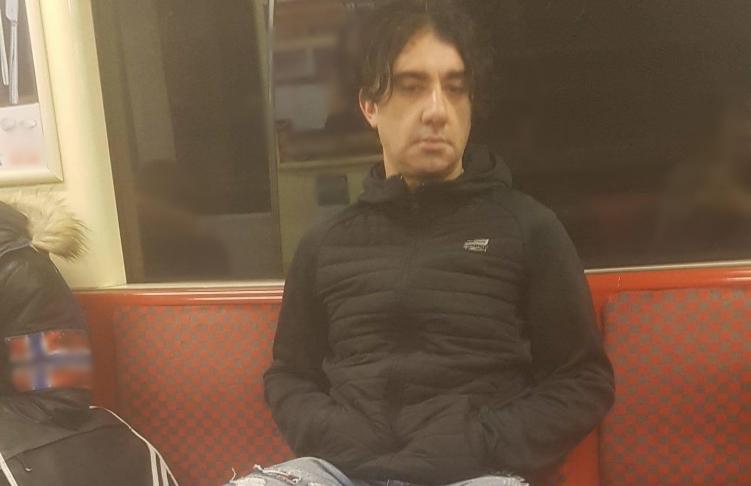 A metrón mutogatta a faszát, keresik
