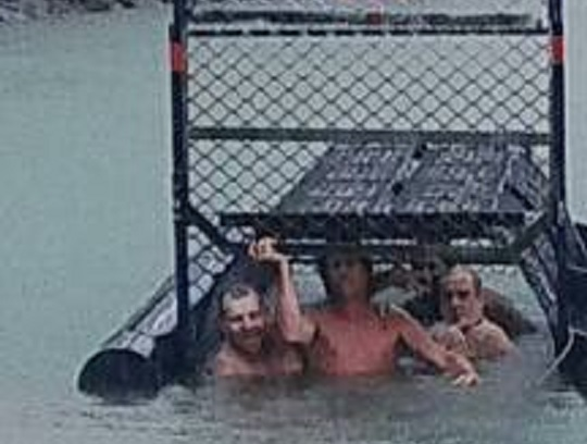A helyi polgármester szerint az évszázad idiótái azok az ausztrálok, akik egy krokodilcsapdában pózoltak egy fotóhoz