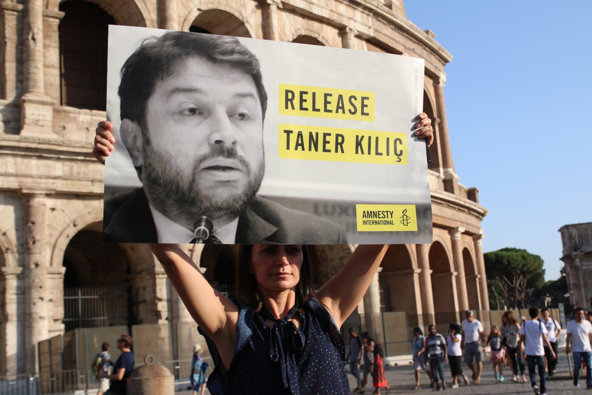 Nyolc hónap után szabadlábra helyezték a török Amnesty International vezetőjét