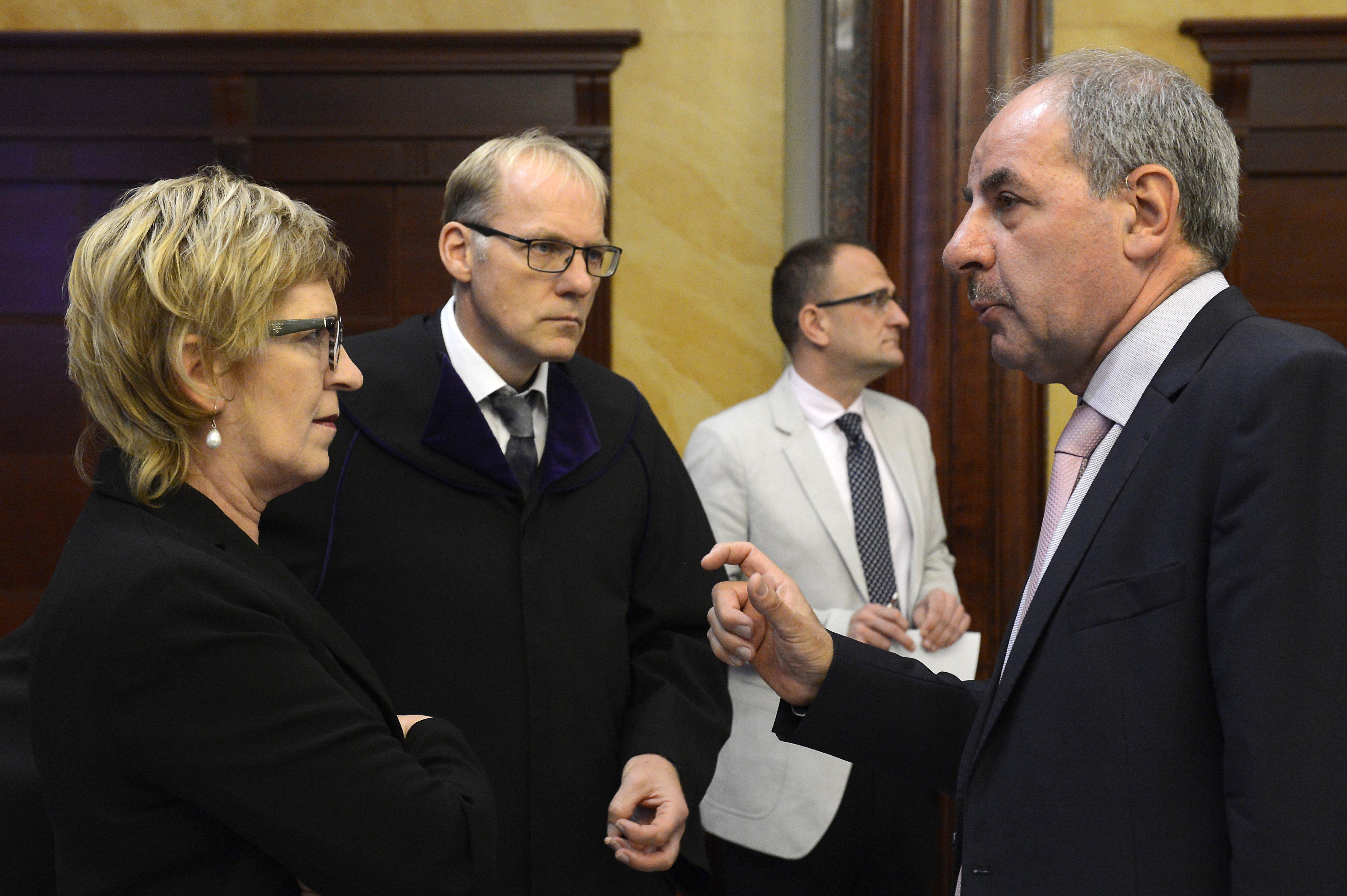 Az Ab felfüggesztette eljárását a Lex CEU és a civil törvénnyel kapcsolatos ügyekben