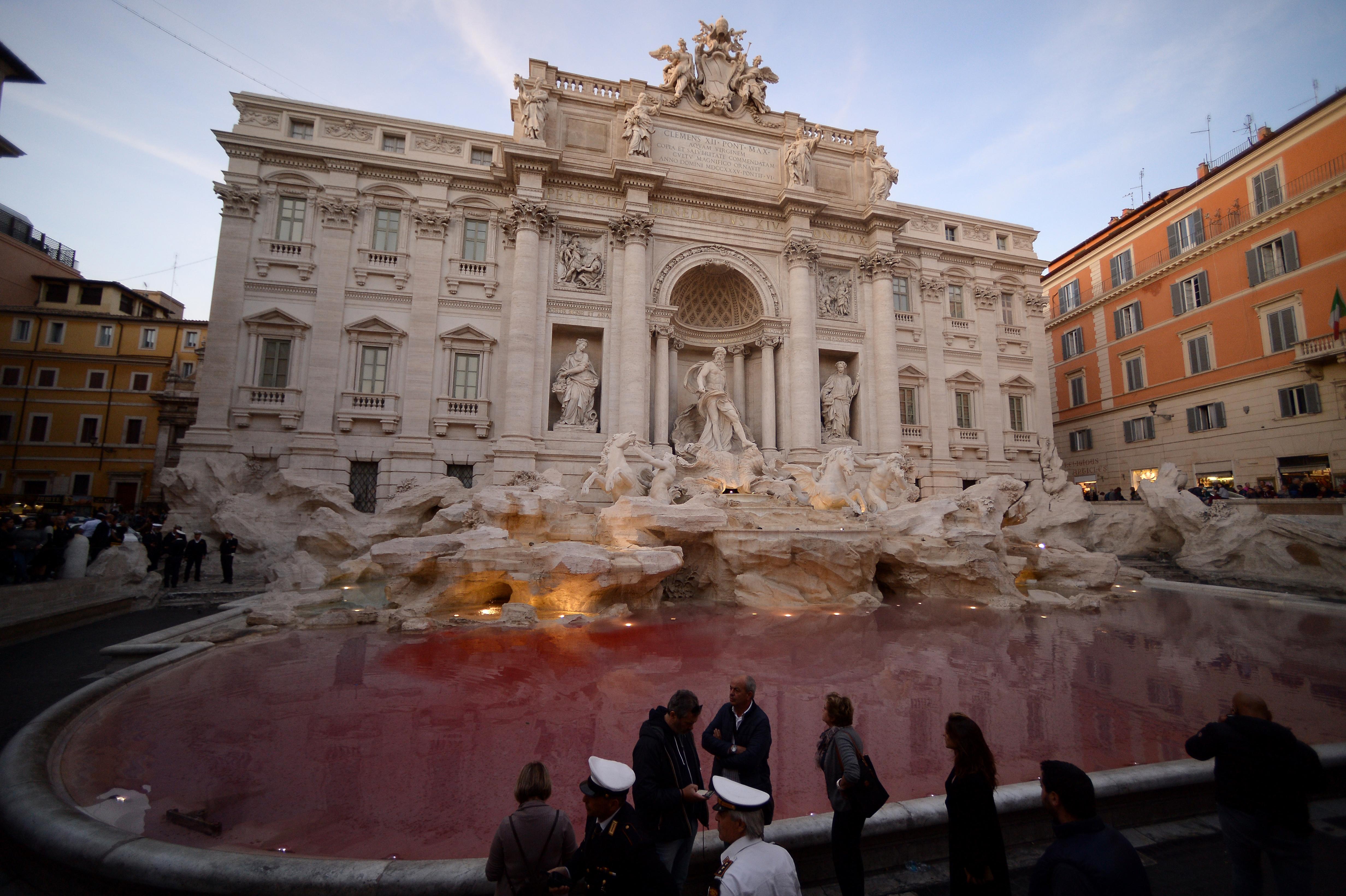 Egy aktivista vörösre festette a Trevi-kutat
