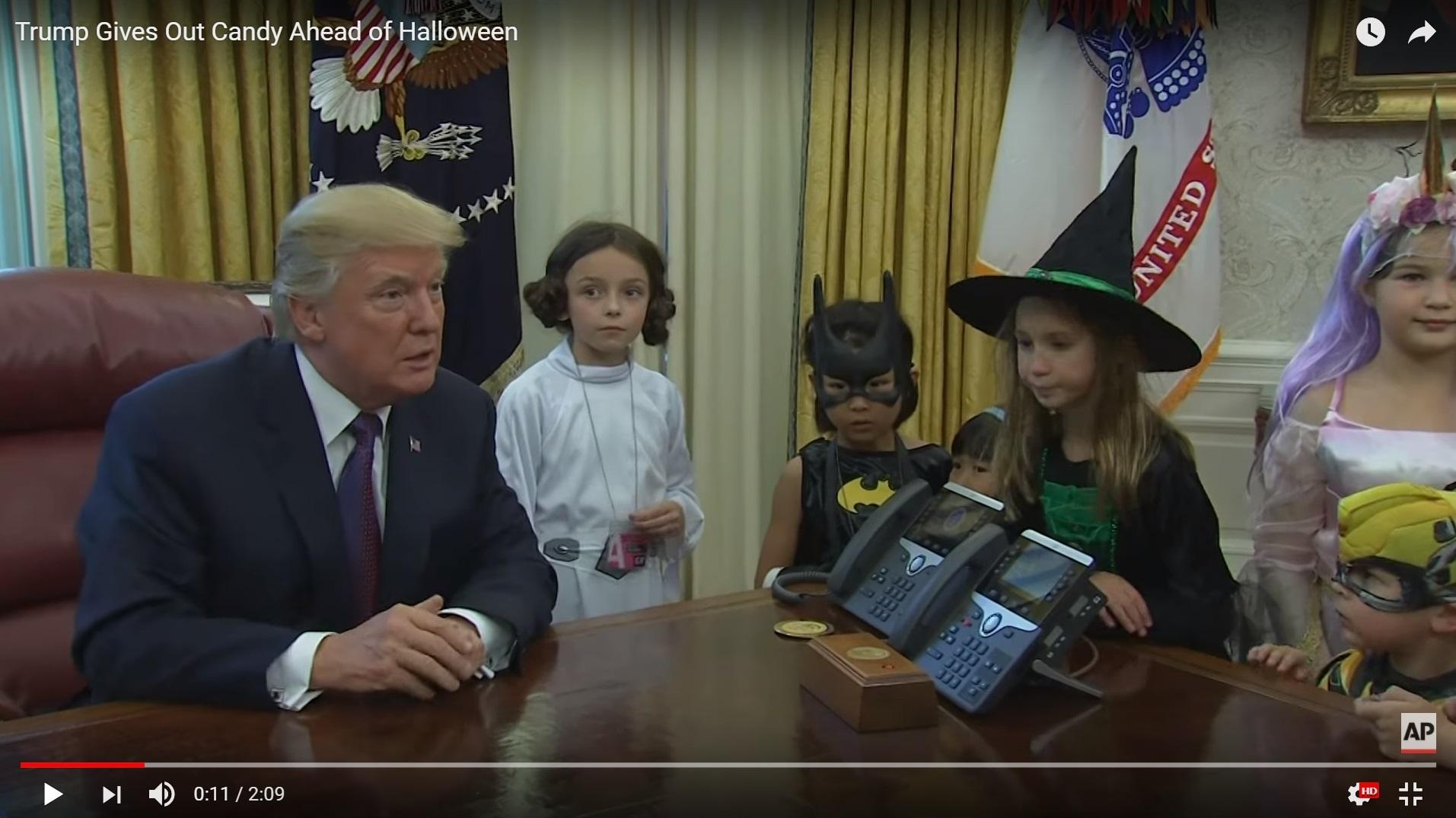 Még jó, hogy nem vagytok dagik - mondta Trump, és cukorkát adott a gyerekeknek