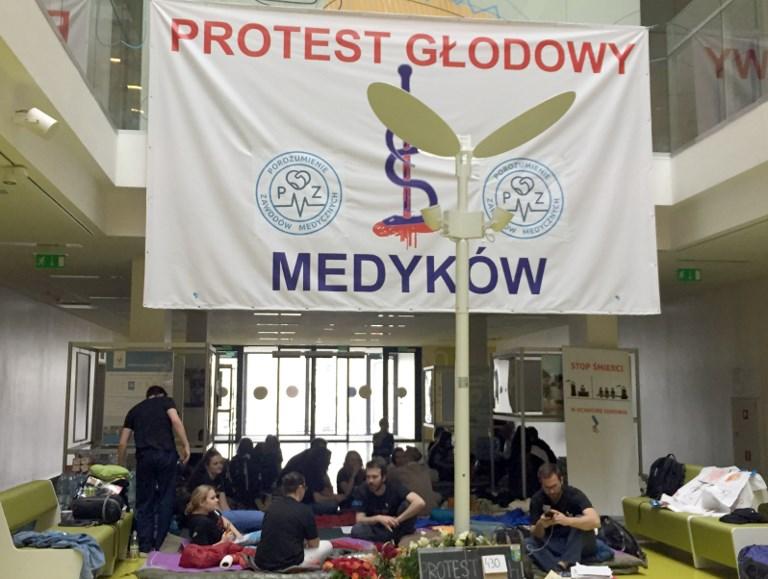 Éhségsztrájkkal követelnek több pénzt az egészségügynek a lengyel orvosok