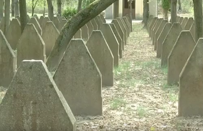 Sírkövek közt csúszott le a dombon, súlyosan megsérült egy asszony a szombathelyi temetőben