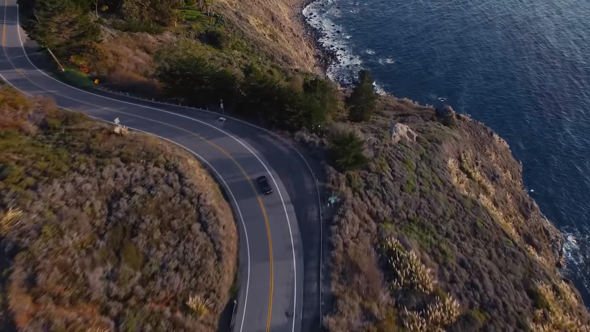 Nagyon élethű kamureklámot csinált a filmrendező a barátnője húszéves, használt kocsijának