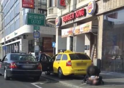 Elfogták a két taxist, akik összeverekedtek a Blaha Lujza téri Burger King előtt