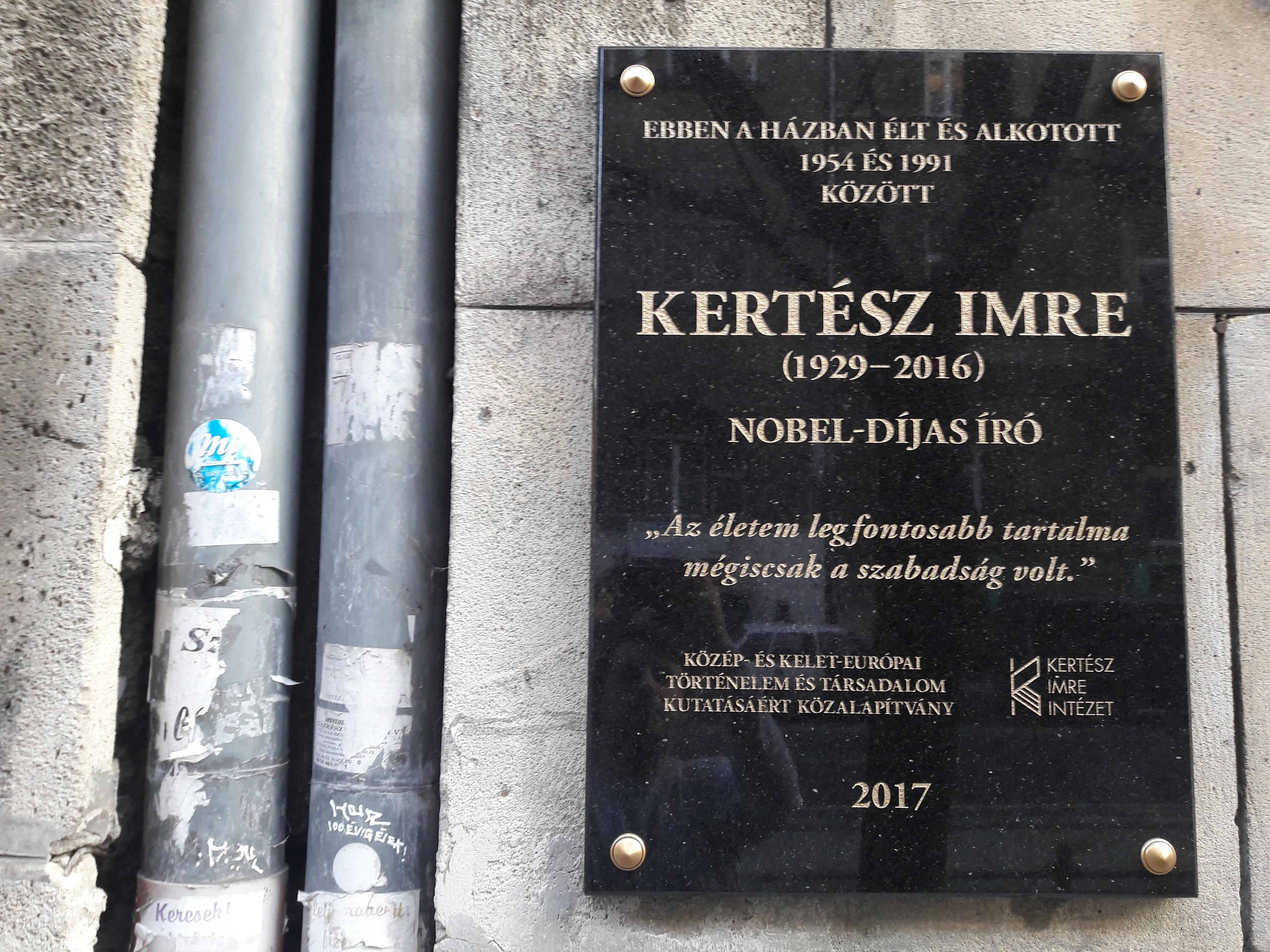 Ezt az emléktáblát állították Kertész Imrének Schmidt Máriáék