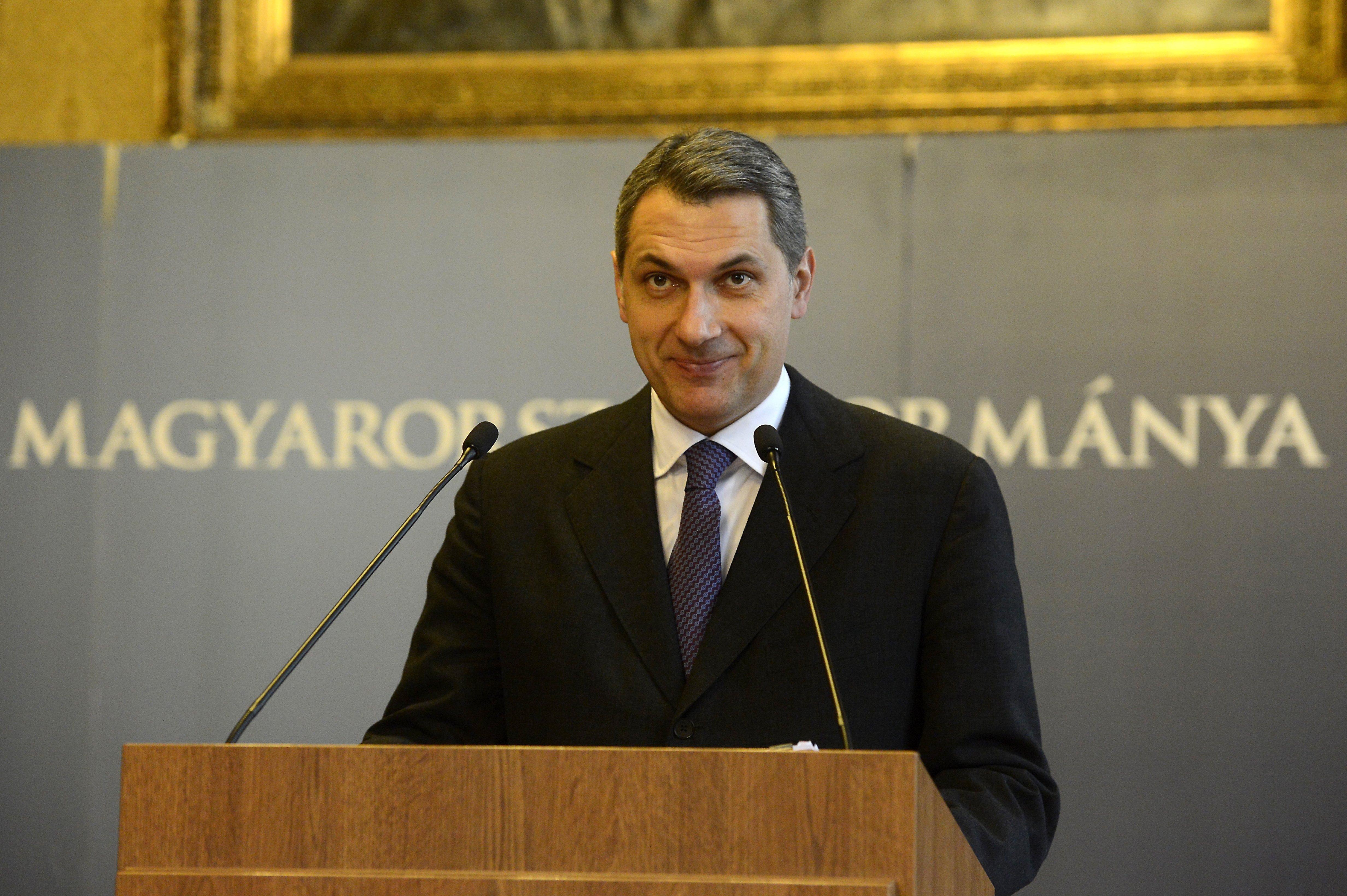 Lázár szerint Rogánt kell megkérdezni arról, hogy a TEK átvilágításán megbukott Zaid Naffa találkozott-e Orbánnal