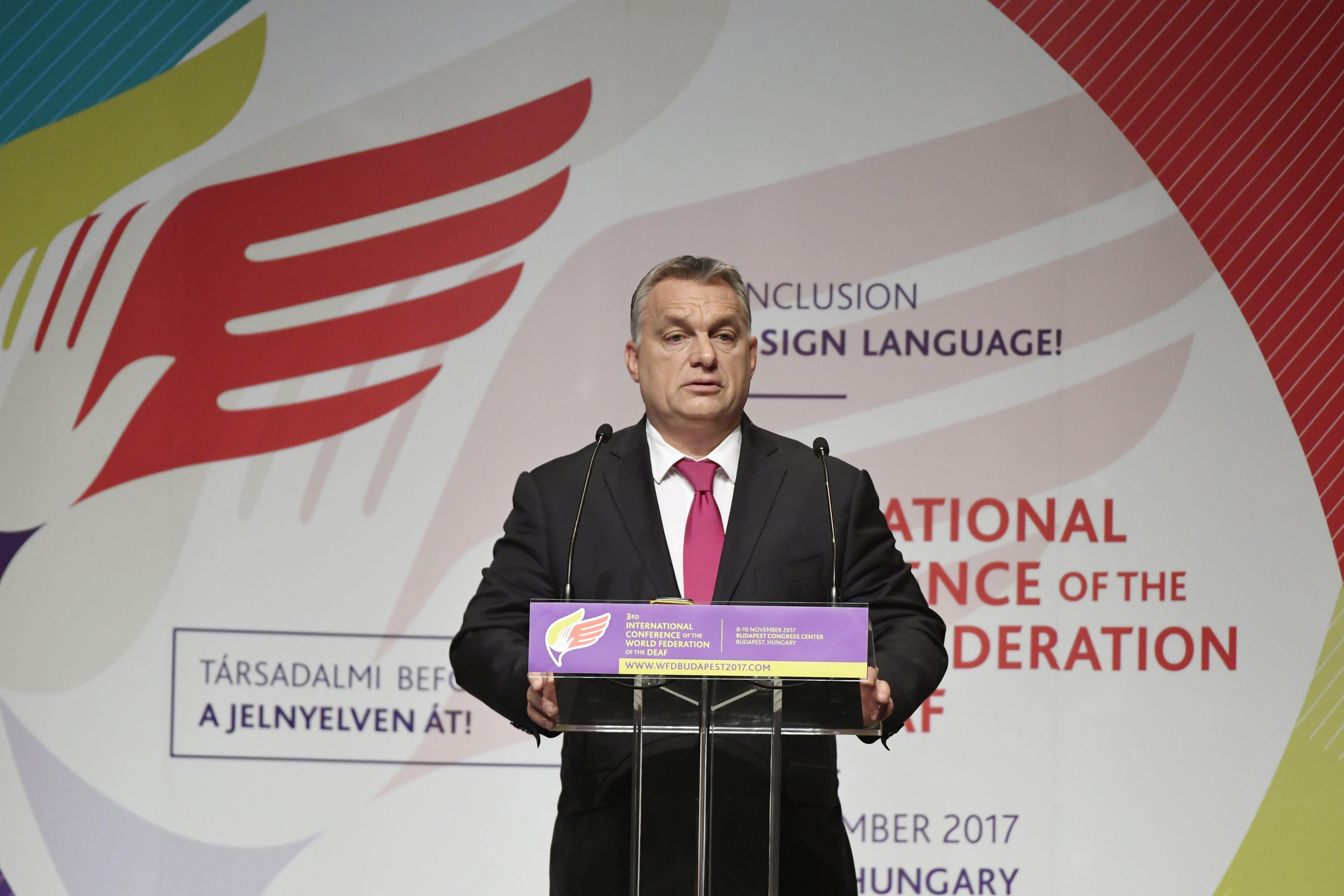 Orbán szerint úgy harcolnak a siketek a jelnyelvért, mint a határon túli magyarok az anyanyelvükért